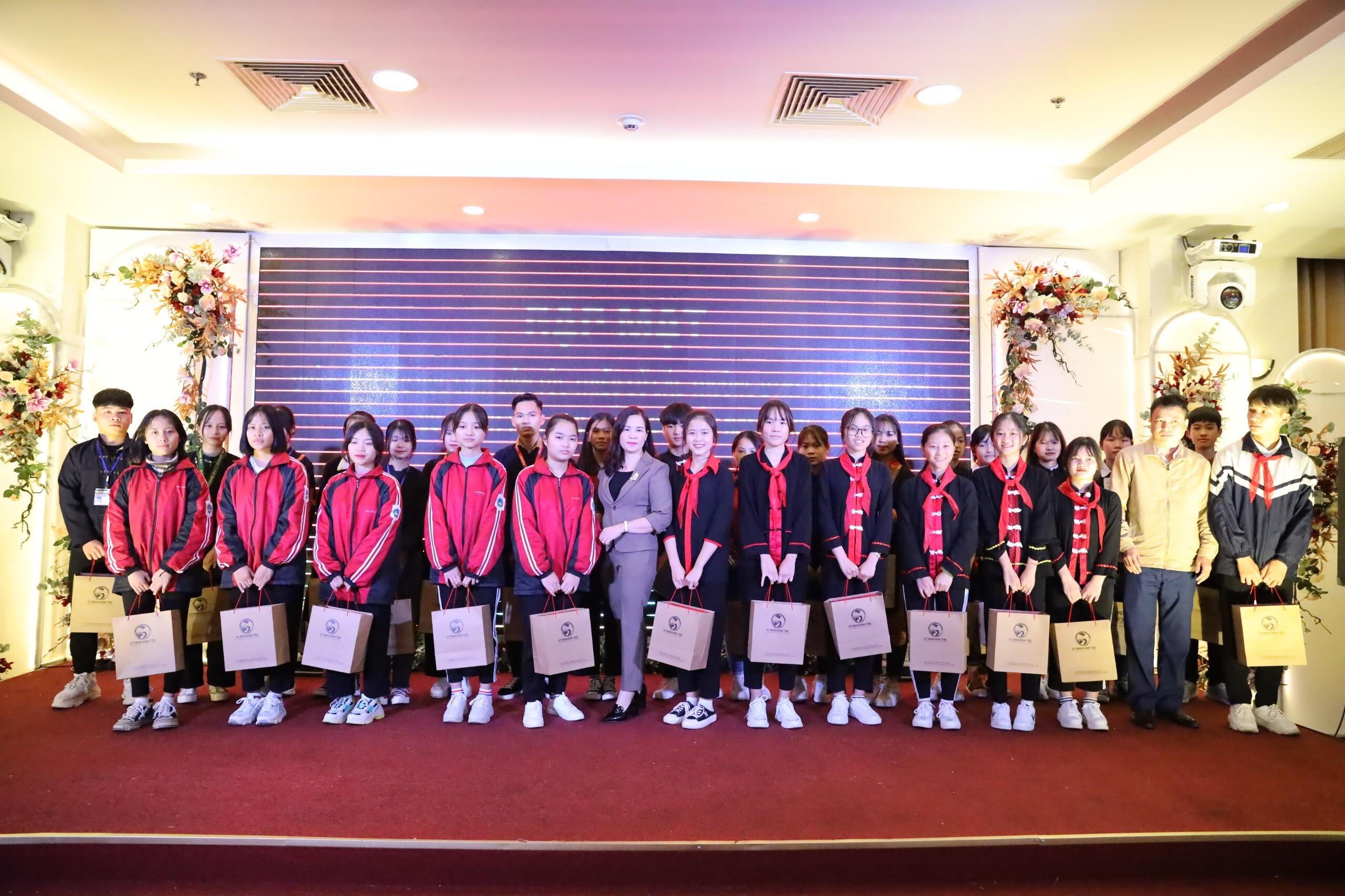 Bà Lương Thị Việt Yến, Phó Vụ trưởng Vụ DTTS tặng quà của UBDT cho các em học sinh