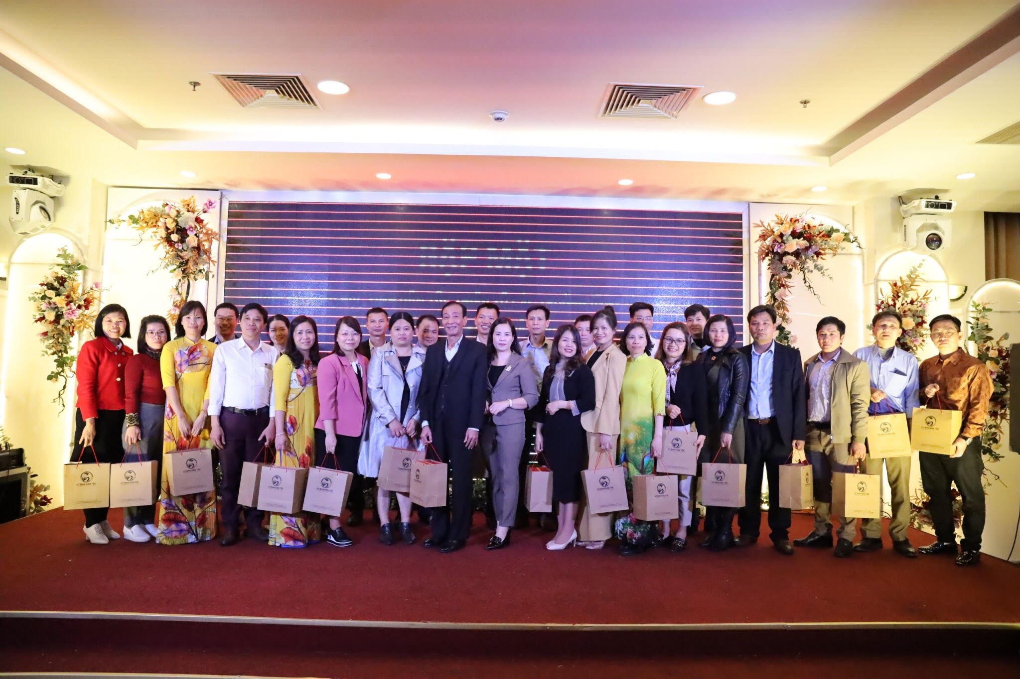 Bà Lương Thị Việt Yến, Phó Vụ trưởng Vụ DTTS tặng quà của UBDT cho các thầy cô giáo