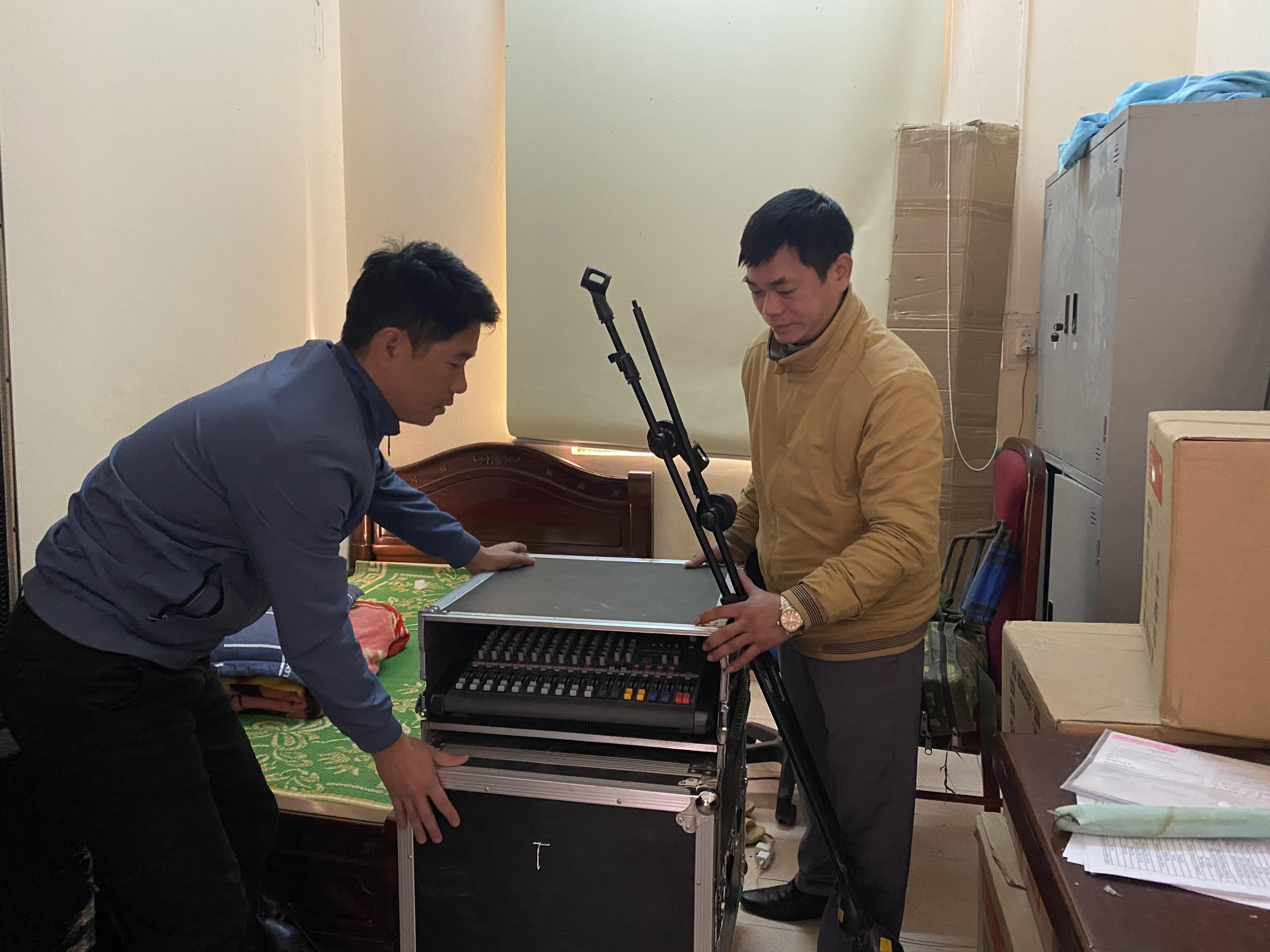 Thành viên Đội chiếu phim lưu động huyện Hà Quảng chuẩn bị vật tư, trang thiết bị cho buổi chiếu phim
