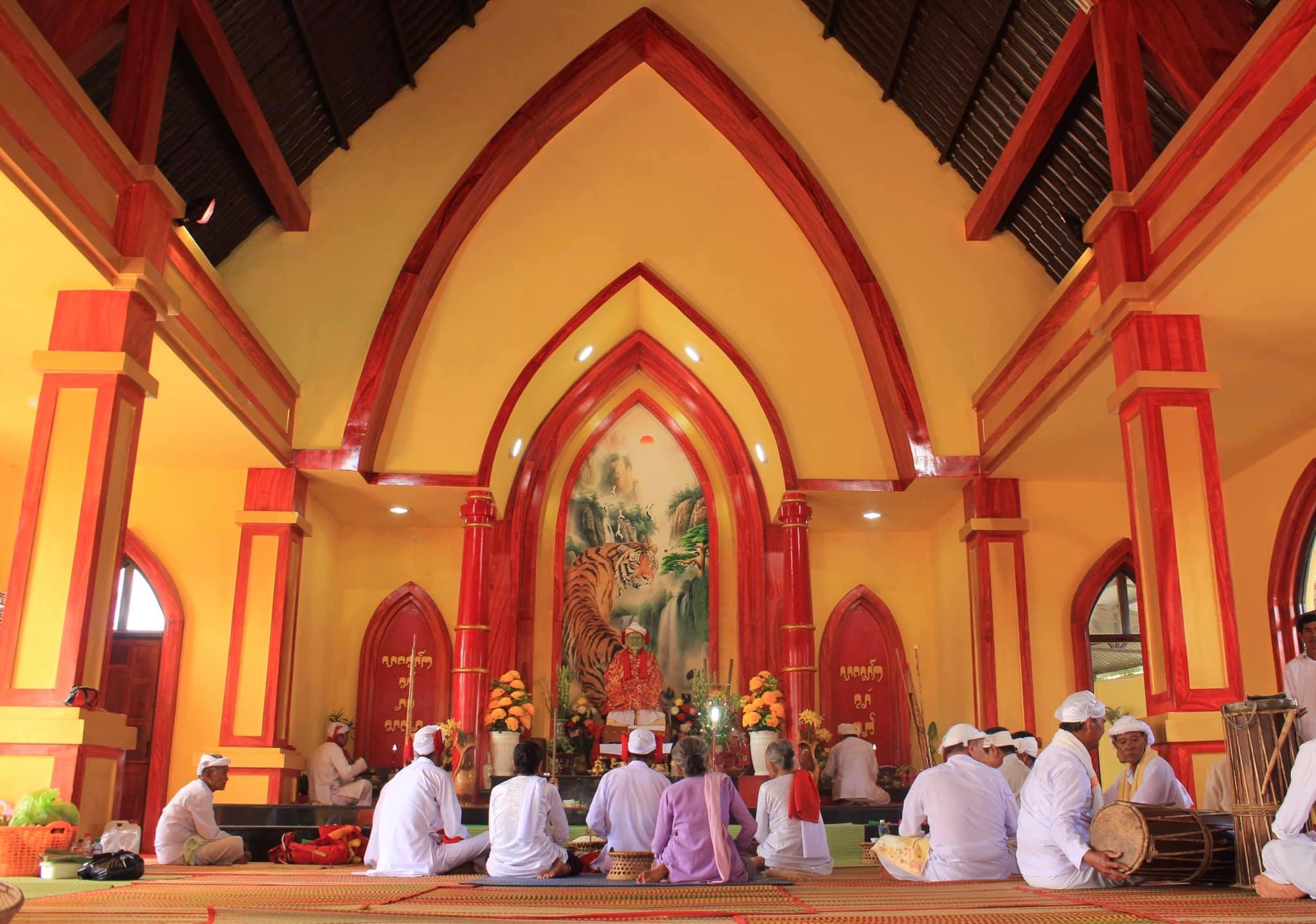 Nghi lễ cúng cầu an bên trong lăng Cei khar Mâh Bingu