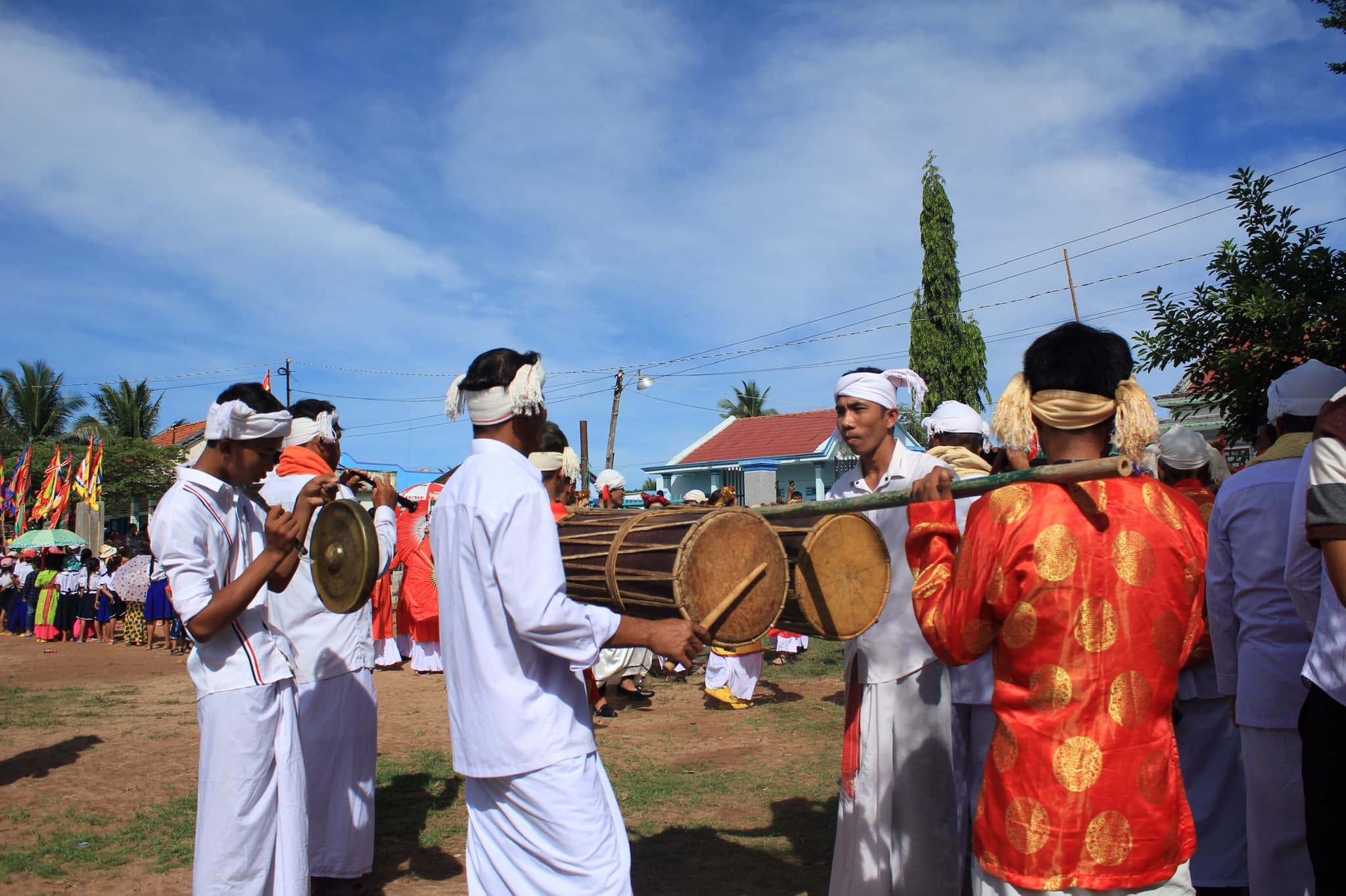 Các chàng trai biểu diễn trống Ghi-năng tại lễ hội.