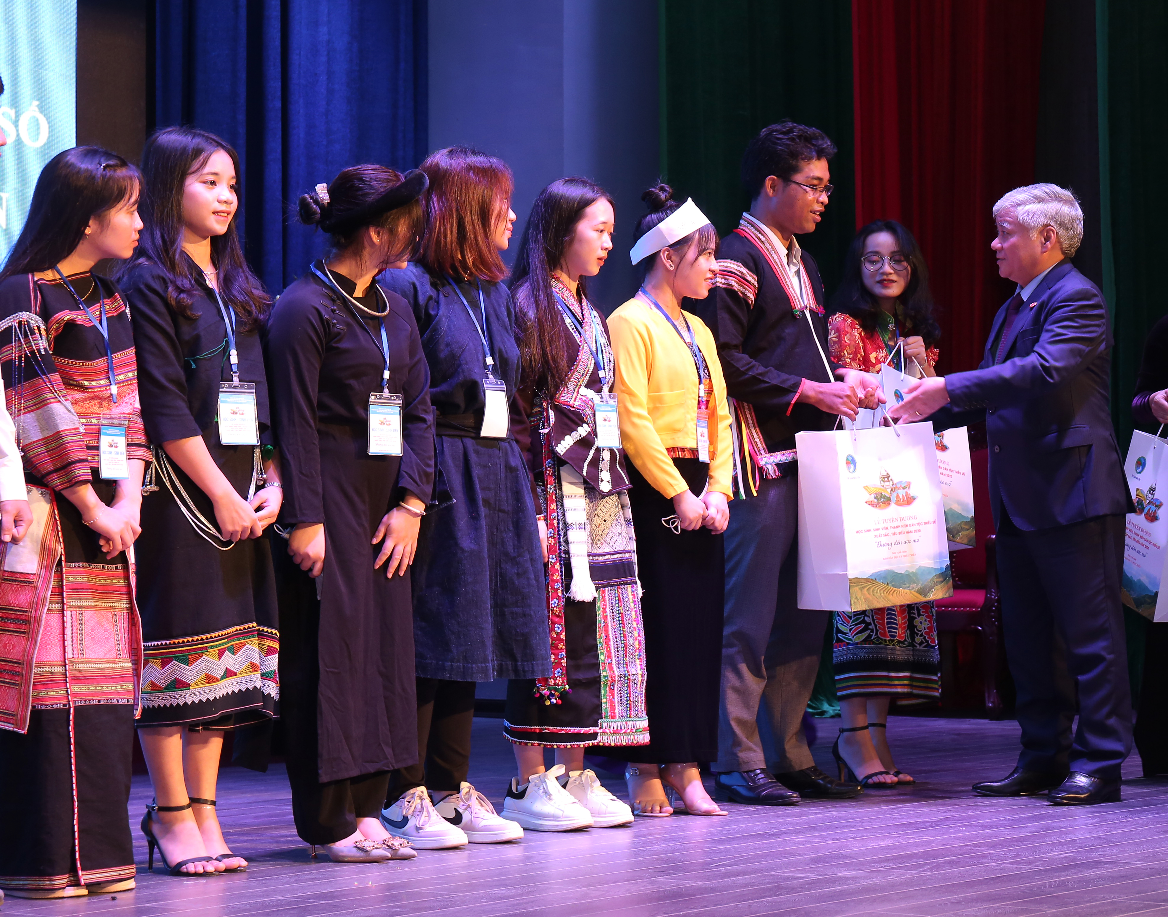 Bộ trưởng, Chủ nhiệm Đỗ Văn Chiến tặng quà cho đại diện các em HS, SV, TN DTTS tại buổi gặp mặt.