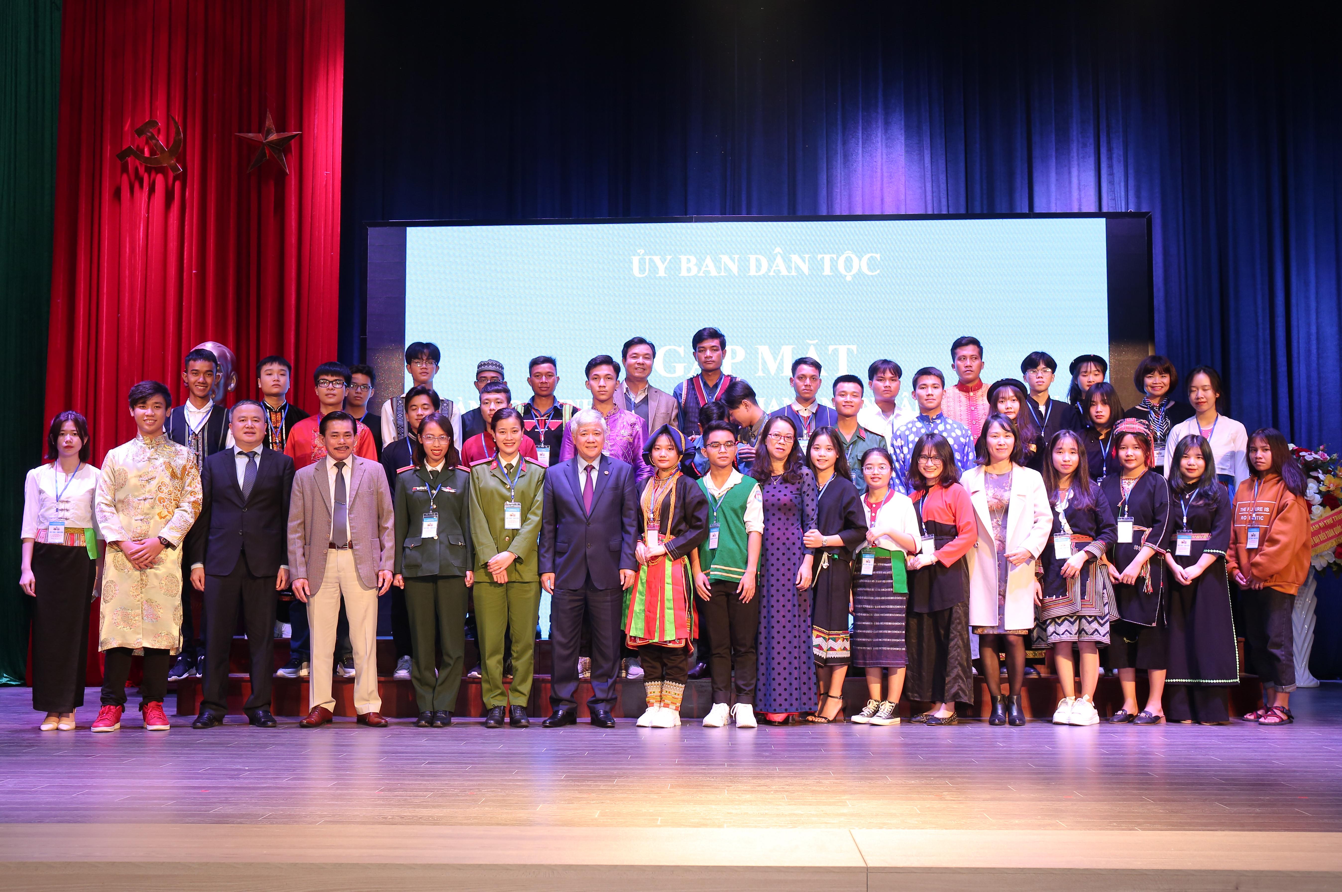 Bộ trưởng, Chủ nhiệm Đỗ Văn Chiến và Thứ trưởng, Phó Chủ nhiệm Hoàng Thị Hạnh cùng các thành viên Ban Chỉ đạo, Ban Tổ chức chụp ảnh lưu niệm với HS, SV, TN DTTS tại buổi gặp mặt.