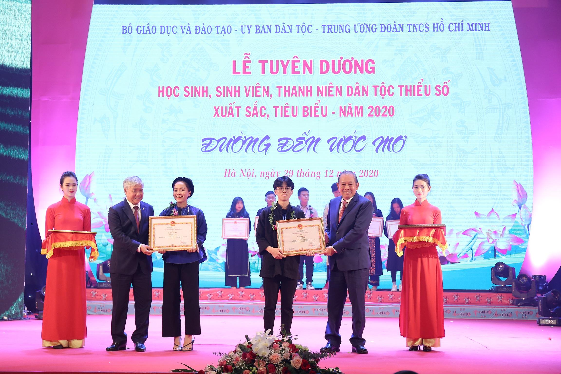 Phó Thủ tướng Thường trực Chính phủ Trương Hòa Bình và Bộ trưởng, Chủ nhiệm UBDT Đỗ Văn Chiến trao Bằng khen cho các em đoạt giải các kỳ thi học sinh giỏi quốc gia, các cuộc thi nghệ thuật thể thao toàn quốc, châu Á và quốc tế