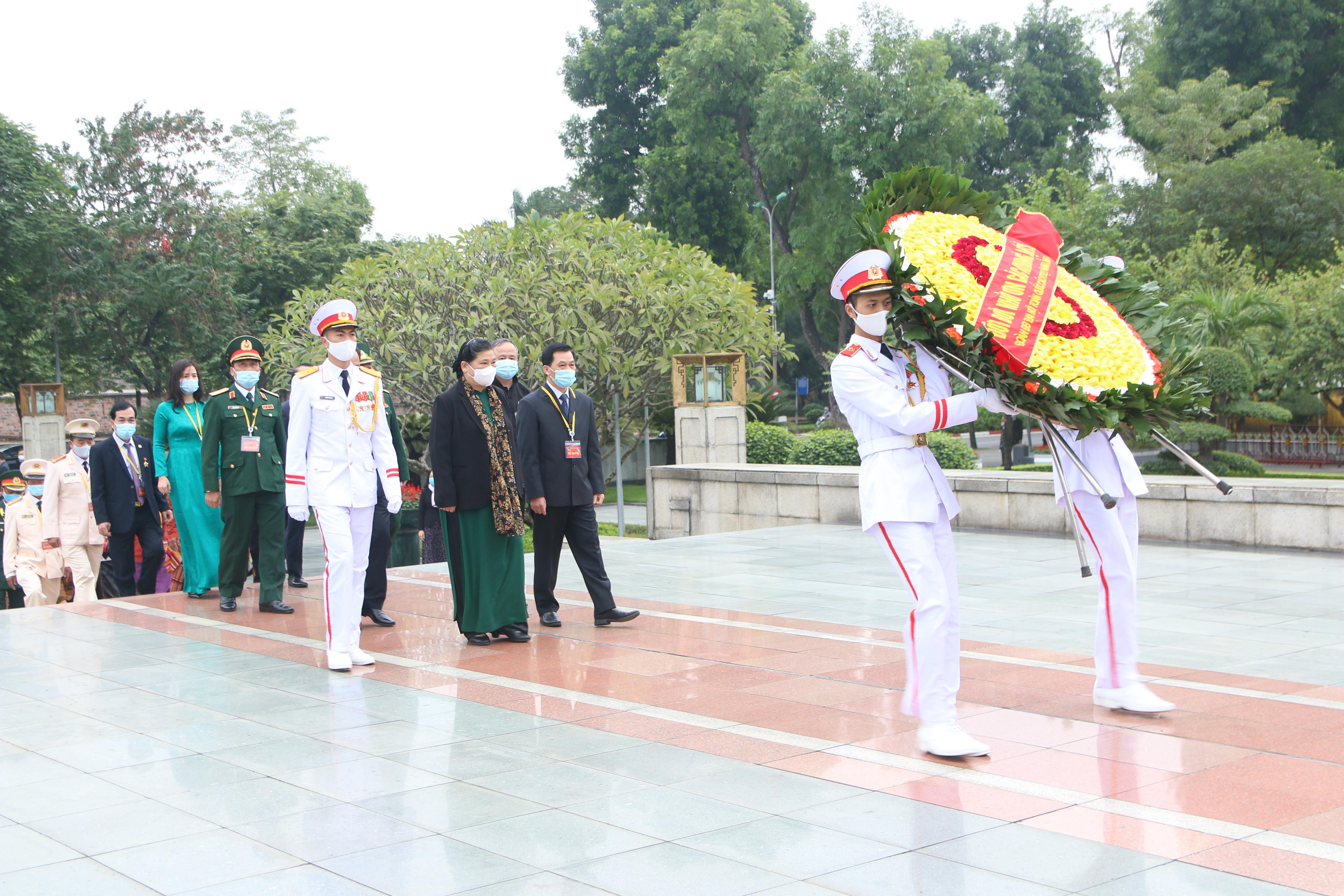 Đồng chí Tòng Thị Phóng, Ủy viên Bộ Chính trị, Phó Chủ tịch Thường trực Quốc hội cùng Đoàn 100 đại biểu dâng hương tưởng niệm các Anh hùng liệt sĩ