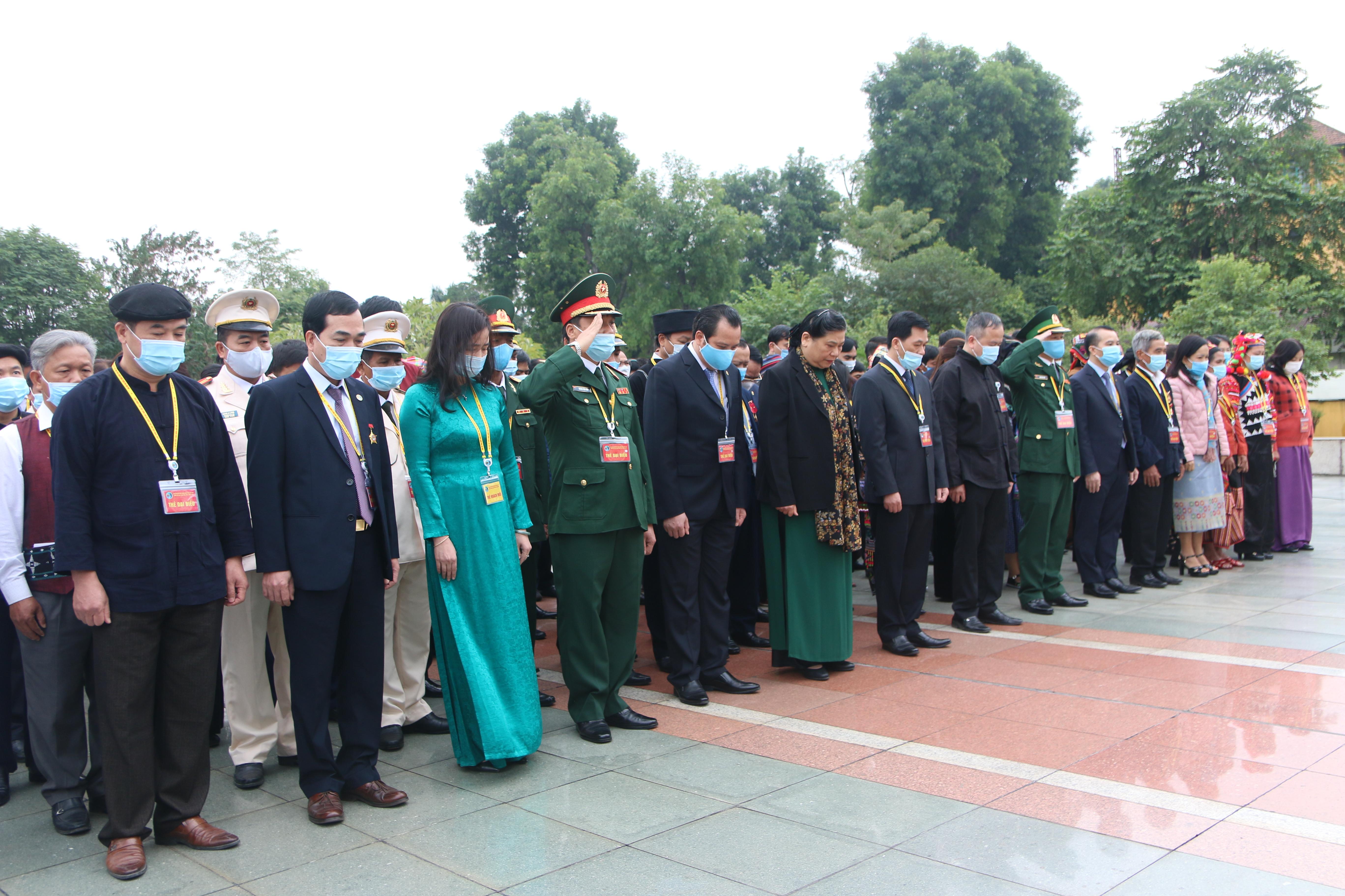 Đoàn đại biểu mặc niệm trước anh linh các Anh hùng liệt sĩ