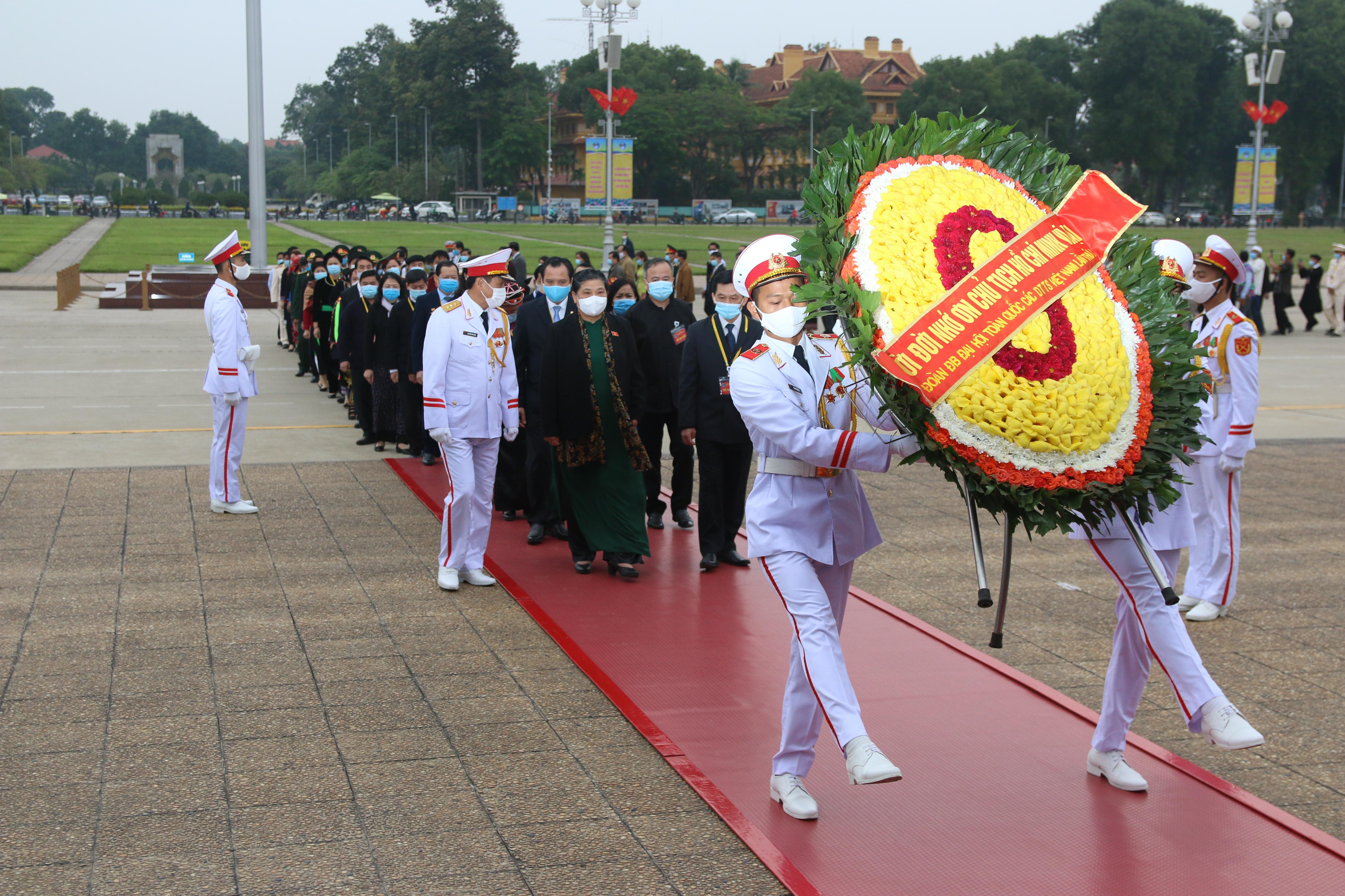 Đoàn đại biểu dự Đại hội Đại biểu toàn quốc các DTTS Việt Nam lần thứ II năm 2020 đã tới đặt vòng hoa, vào Lăng viếng Chủ tịch Hồ Chí Minh