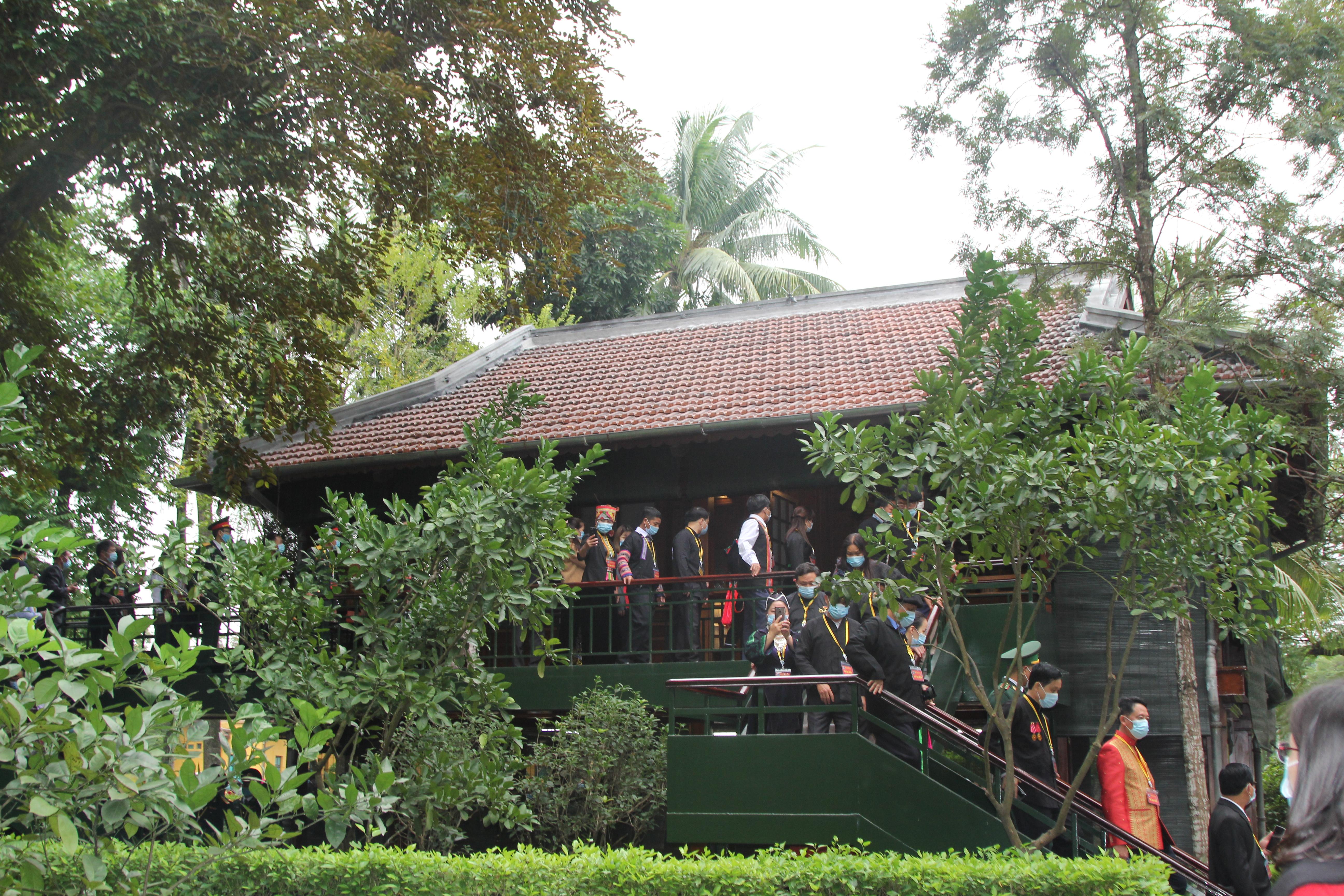 Các đại biểu thăm quan Di tích Nhà sàn Bác Hồ