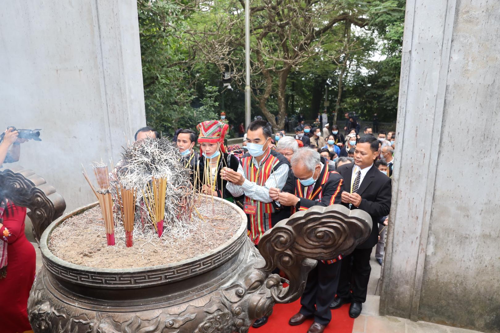 Các đại biểu dâng hương tại Đền Thượng