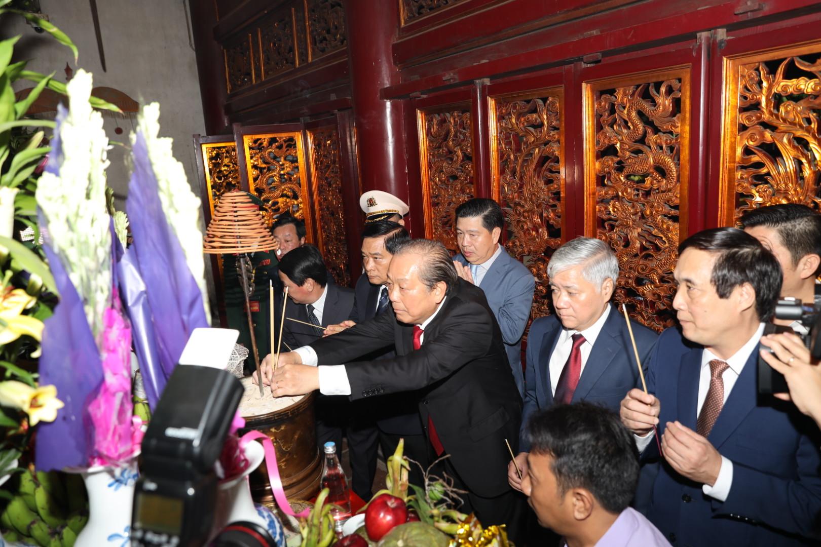 Phó Thủ tướng Thường trực Chính phủ Trương Hòa Bình và các đại biểu dâng hương tại Thượng cung bái Tổ trên Đền Thượng.