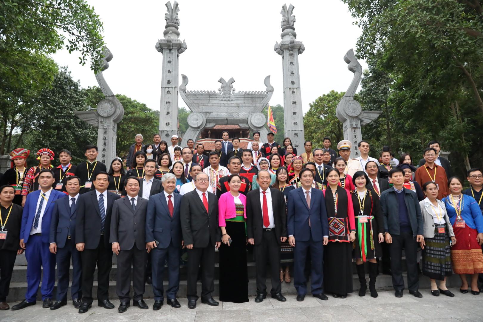 Các đại biểu chụp ảnh lưu niệm tại Đền Mẫu Âu Cơ