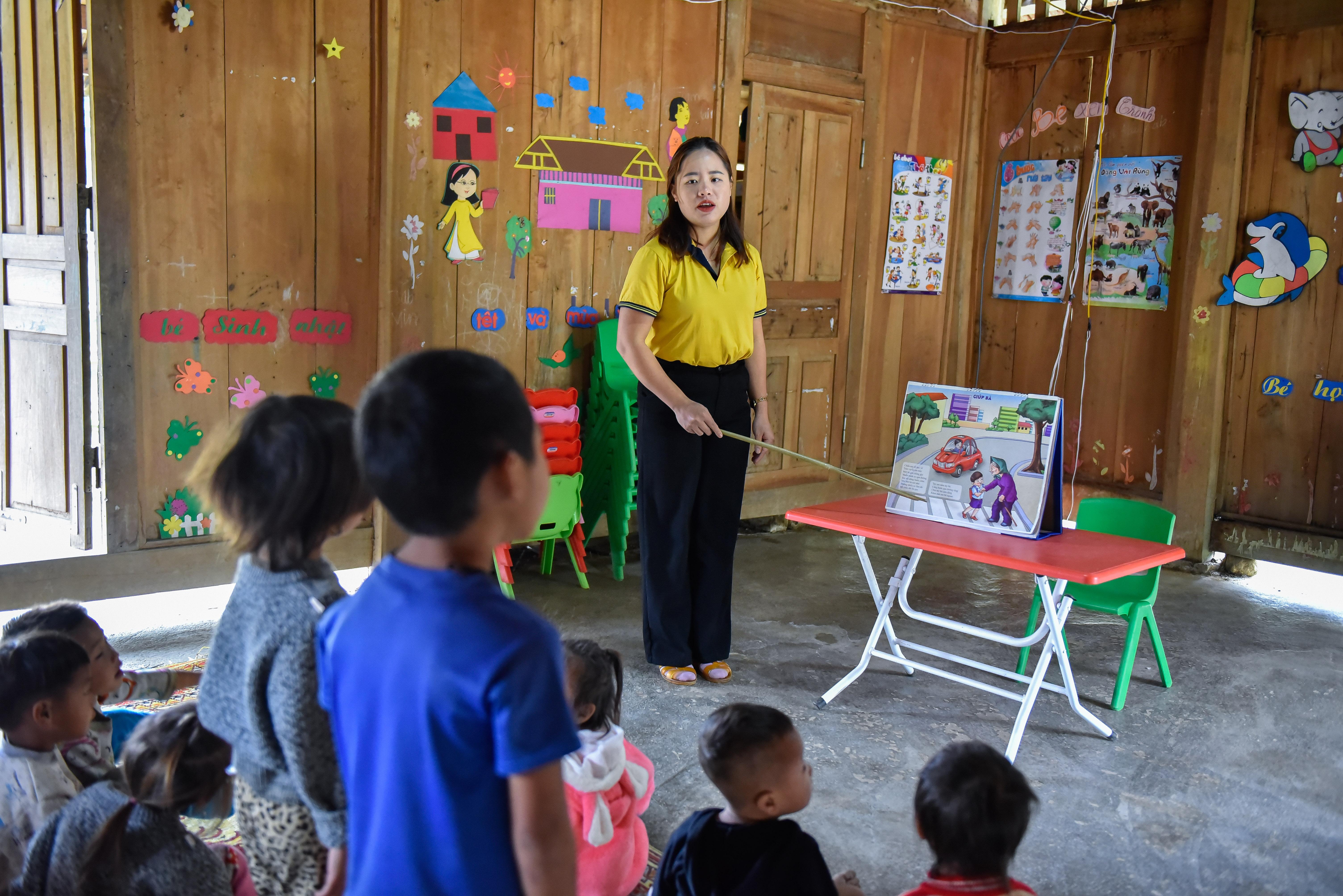 Cô giáo Sung Thị Tông với các học trò trong một tiết học tại điểm trường bản Xía Nọi