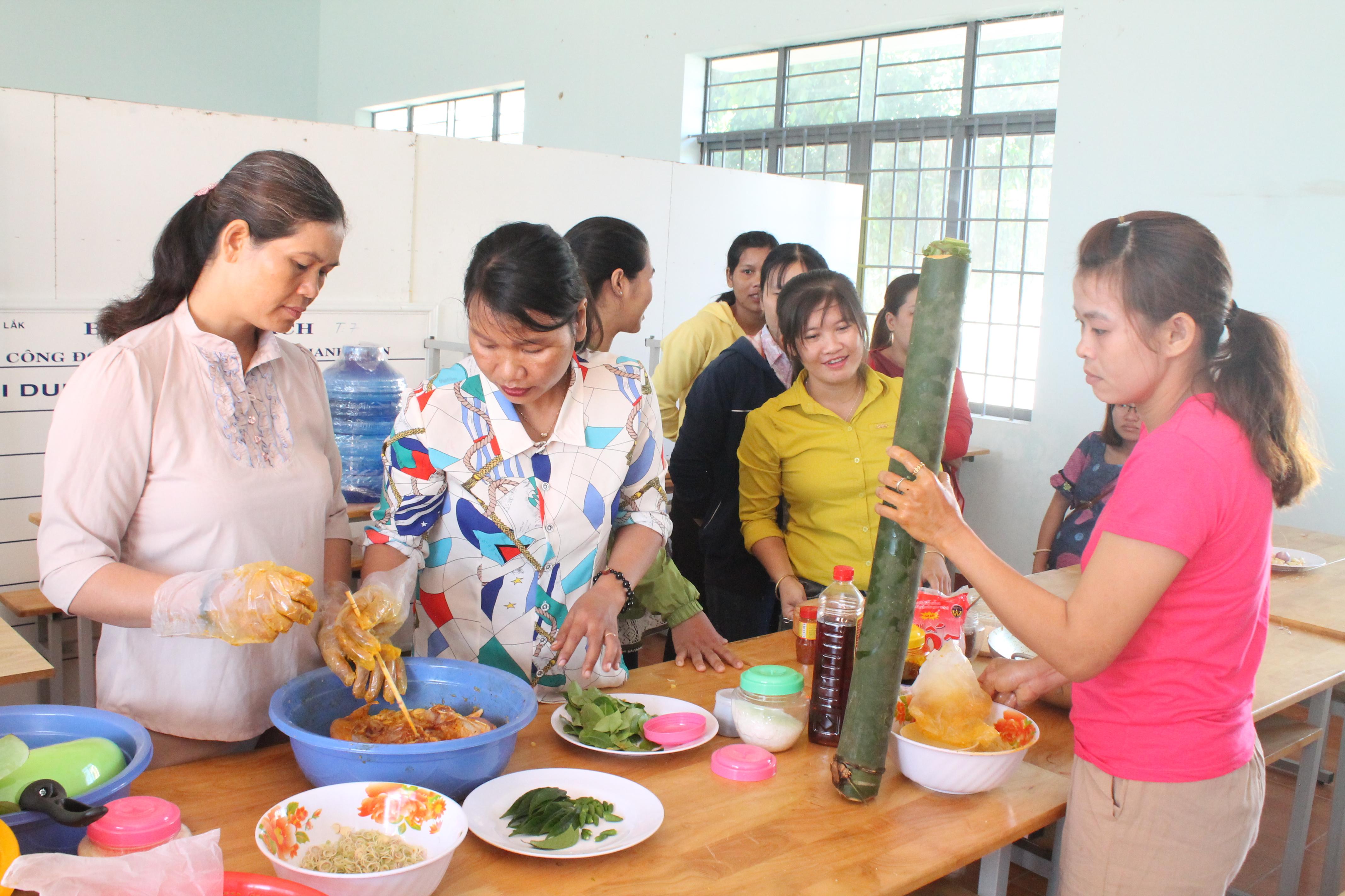Một lớp học nấu ăn thu hút chị em phụ nữ tham gia