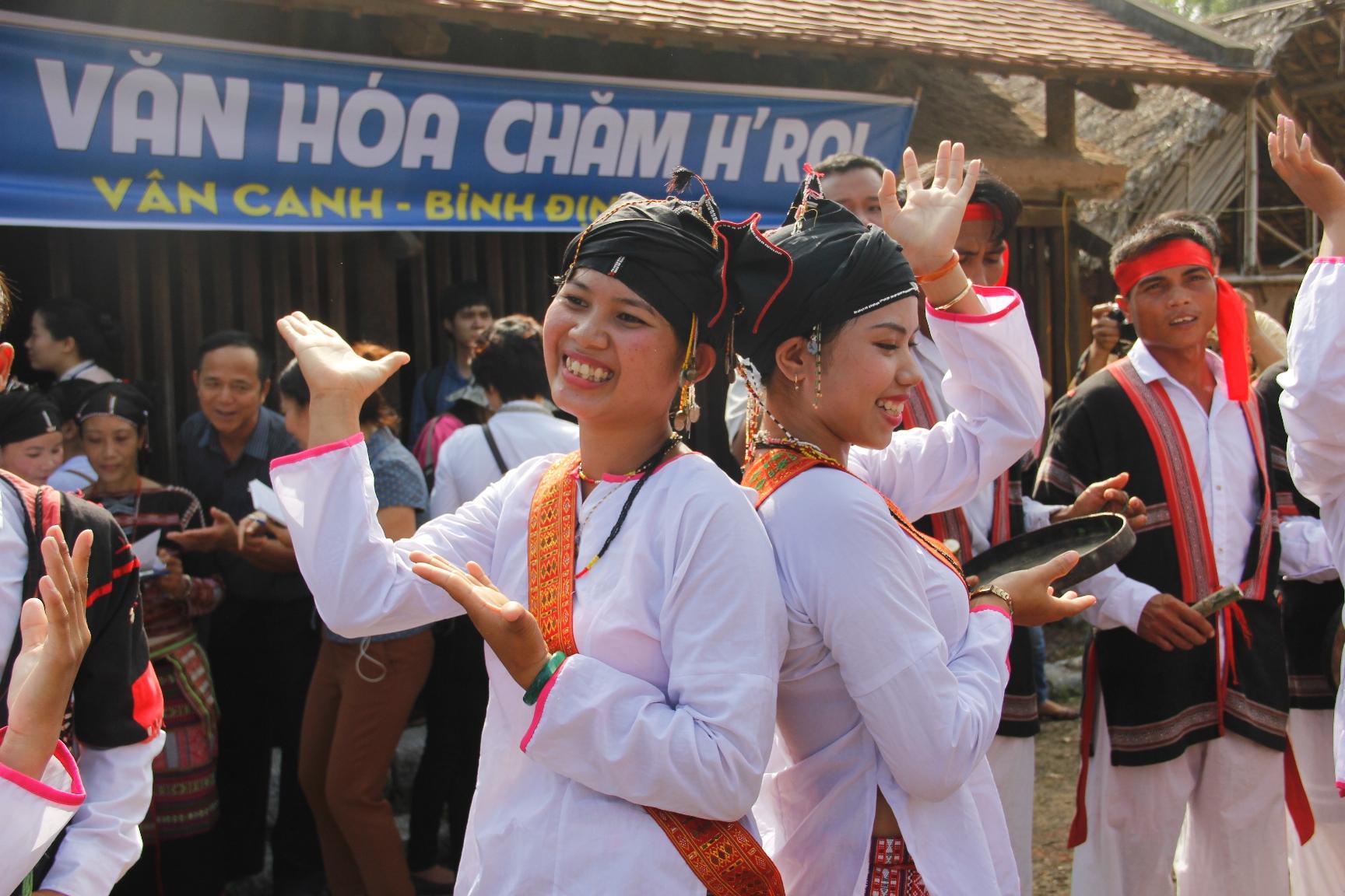 Điệu múa xoang của các cô gái Chăm H'roi