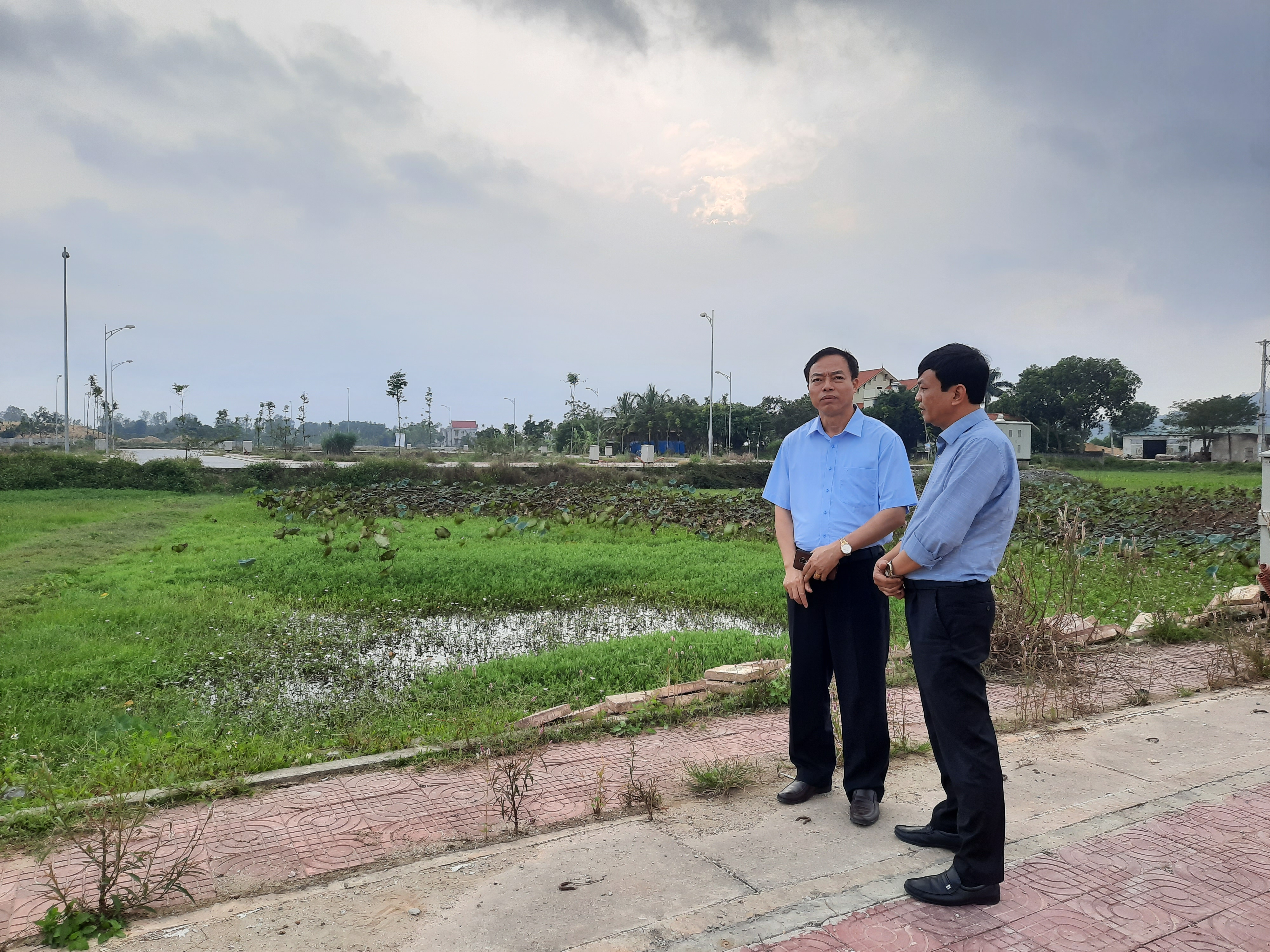 Ông Lê Tiến Vinh, Chủ tịch xã Thiệu Khánh (trái) kiểm tra mặt bằng dự án