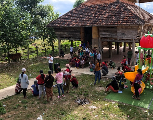 Ban Dân tộc tỉnh Kon Tum phối hợp cùng cán bộ huyện Sa Thầy hướng dẫn kỹ thuật nuôi dưỡng và chăm sóc bò giống sinh sản, bò thịt cho đồng bào dân tộc Rơ Măm tại làng Le, xã Mô Rai