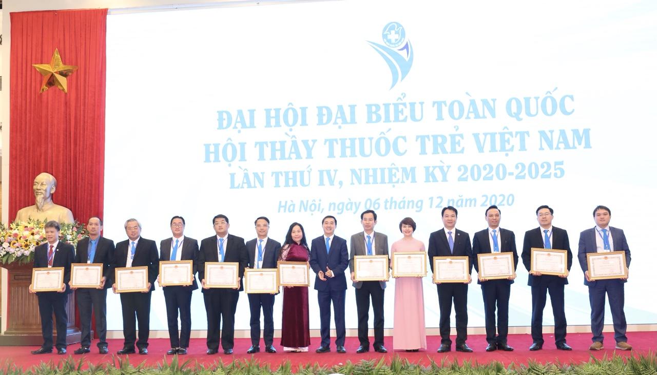 Thứ trưởng Bộ Y tế Trần Văn Thuấn trao Bằng khen của Bộ trưởng Bộ Y tế cho các tập thể, cá nhân