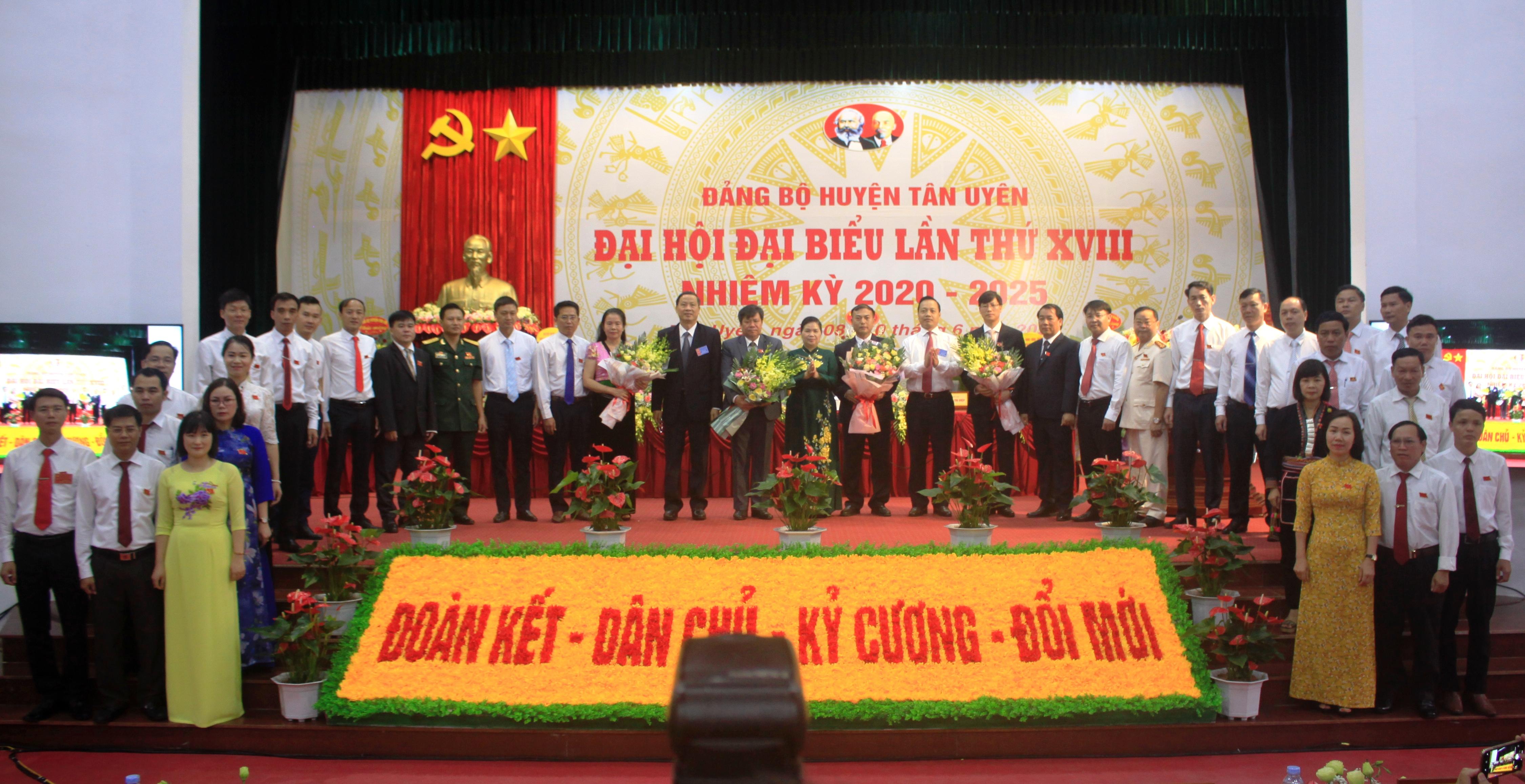 Bí thư Tỉnh uỷ Giàng Páo Mỷ và các đồng chí lãnh đạo tỉnh Lai Châu chúc mừng Ban Chấp hành Đảng bộ huyện Tân Uyên khoá mới