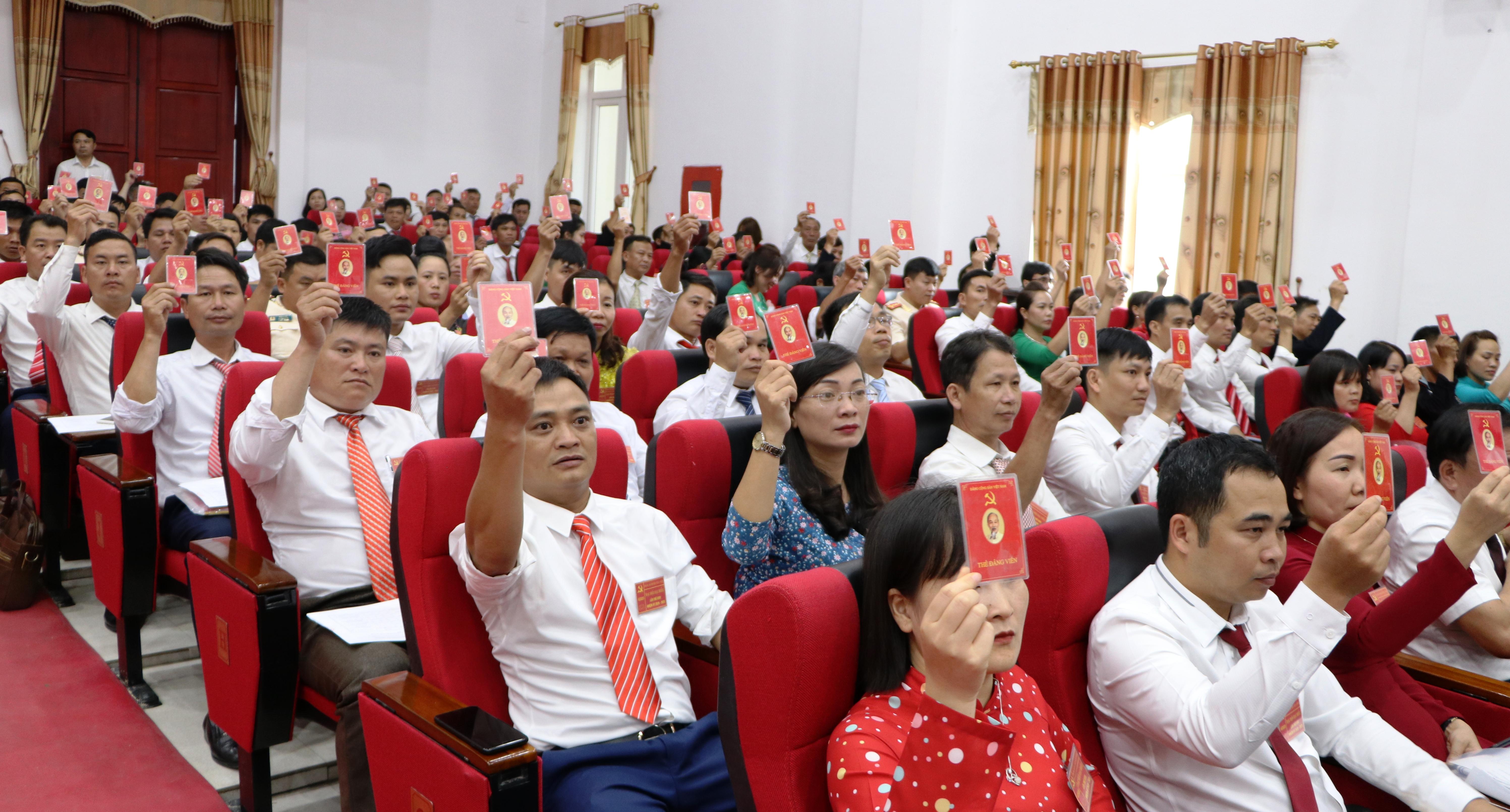 Các đại biểu biểu quyết thông qua Nghị quyết Đại hội