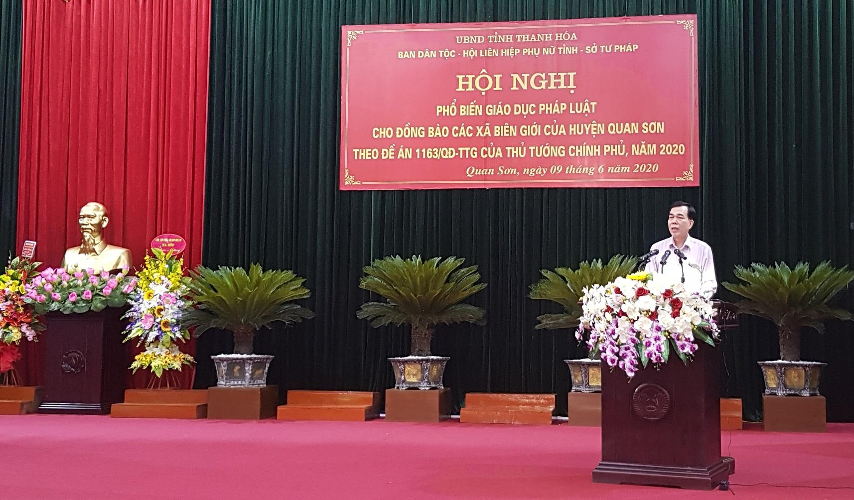 Ông Cầm Bá Tường, Phó trưởng Ban Dân tộc Thanh Hóa phổ biến nội dung giáo dục pháp luật tại hội nghị ngày 9/6/2020