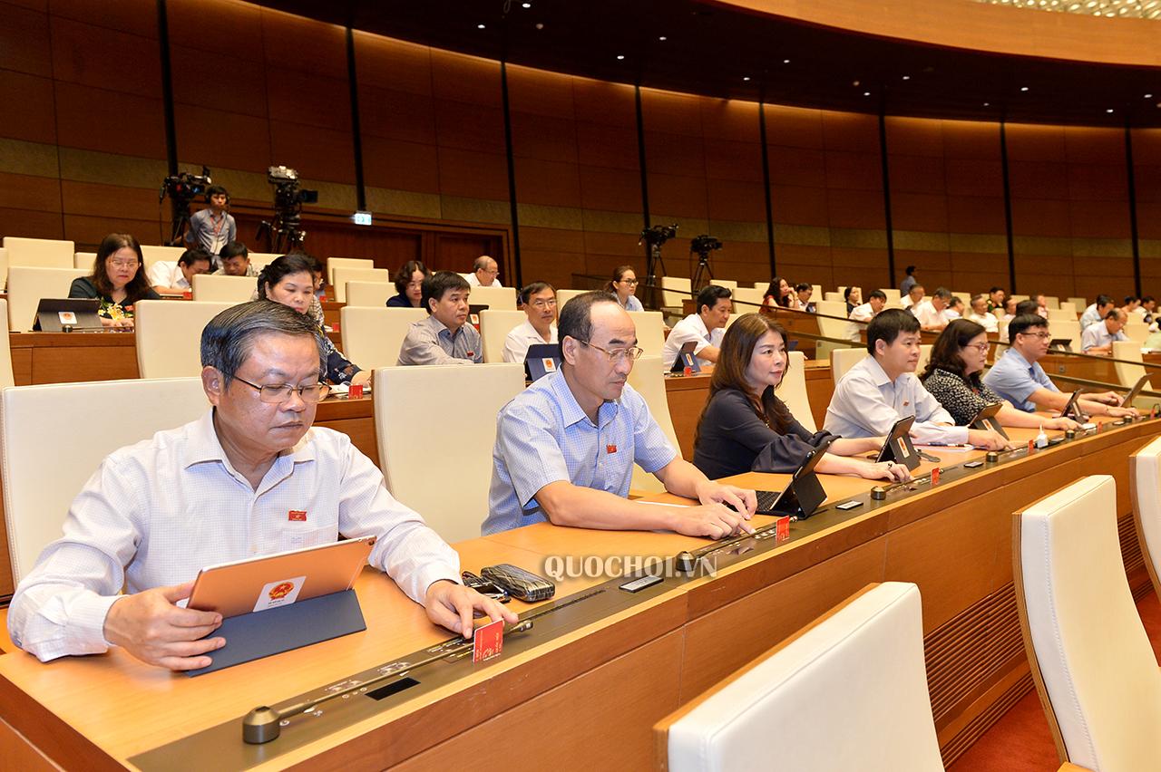 Đại biểu Quốc hội biểu quyết thông qua một số dự án Luật.