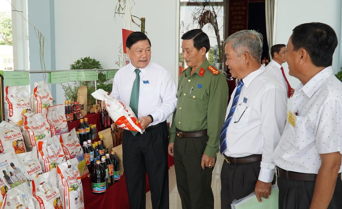 Ông Trần Văn Rón, Bí thư tỉnh uỷ Vĩnh Long (ngoài cùng bên phải) cùng các đại biểu tham quan gian hàng nông sản đặc trưng của huyện