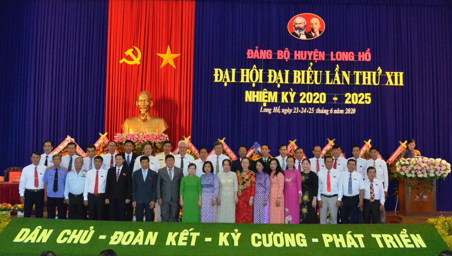 Ban Chấp hành Đảng bộ huyện Long Hồ khoá XII ra mắt Đại hội
