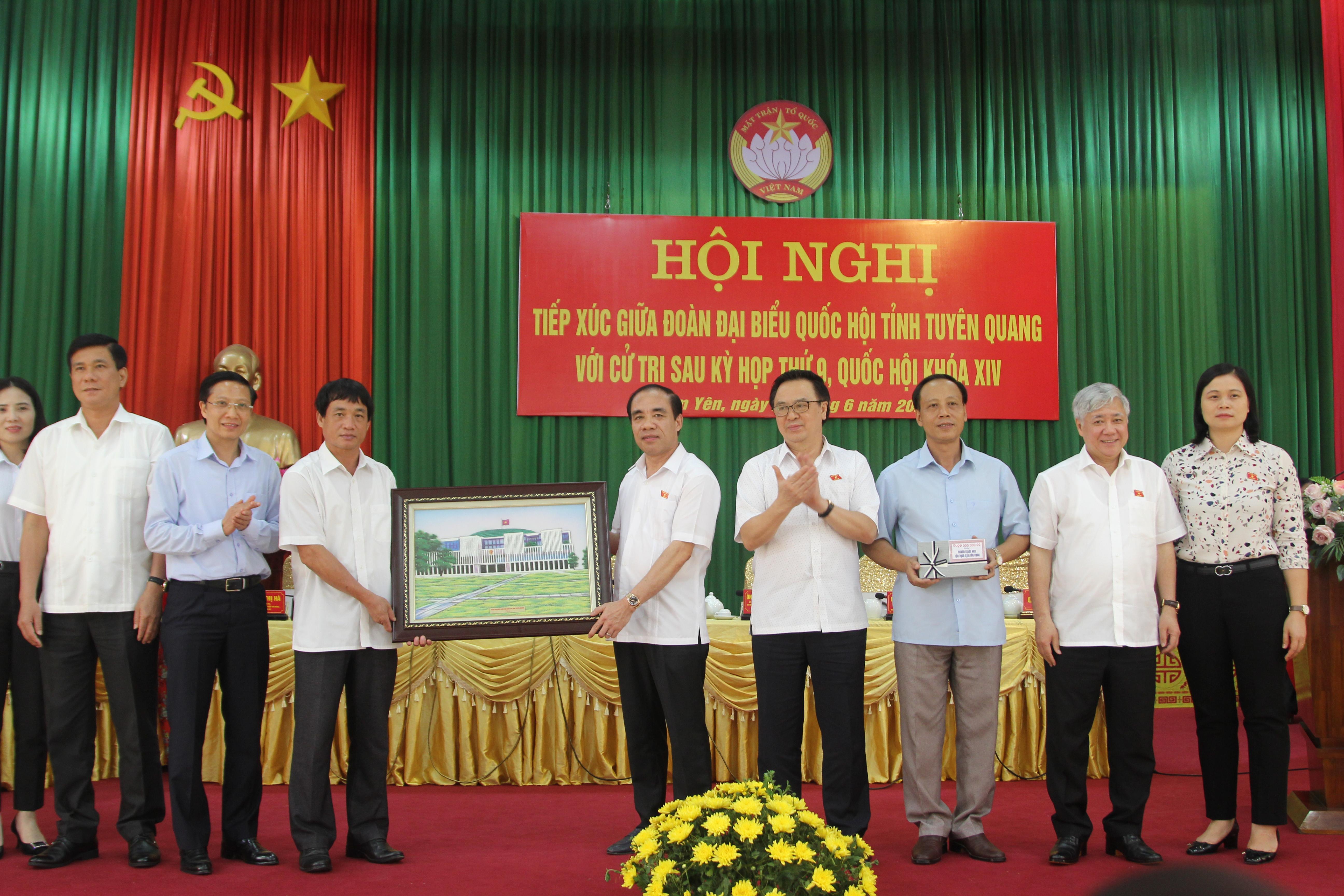 Đoàn ĐBQH tỉnh Tuyên Quang tặng quà cho Quỹ Khuyến học huyện Hàm Yên
