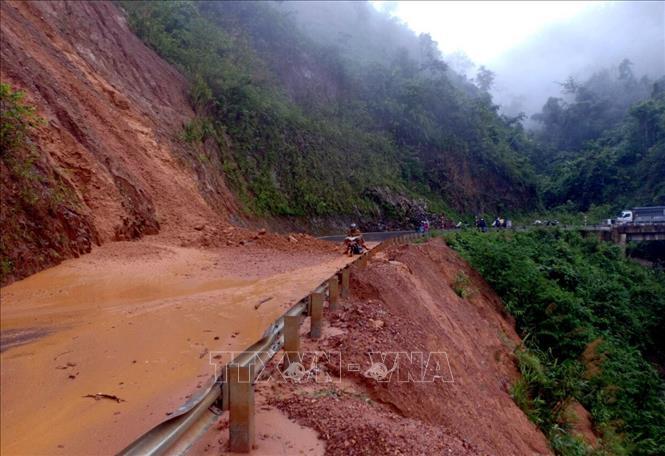 Sạt lở trên quốc lộ 12 Phong Thổ đi Nậm Nhùn, Mường Tè. Ảnh: Quý Trung/TTXVN