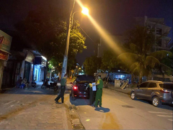 Khám xét nhà ông Nguyễn Anh Ngọc tối 13-7 - Ảnh: GIANG LONG