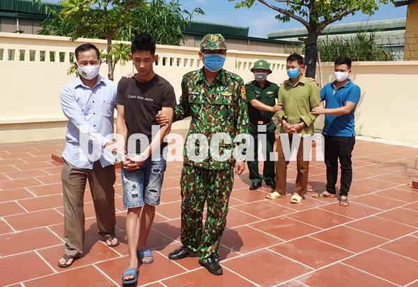 Đồn Biên phòng Cửa khẩu quốc tế Lào Cai bàn giao đối tượng cho cơ quan an ninh điều tra, Công an tỉnh Lào Cai.