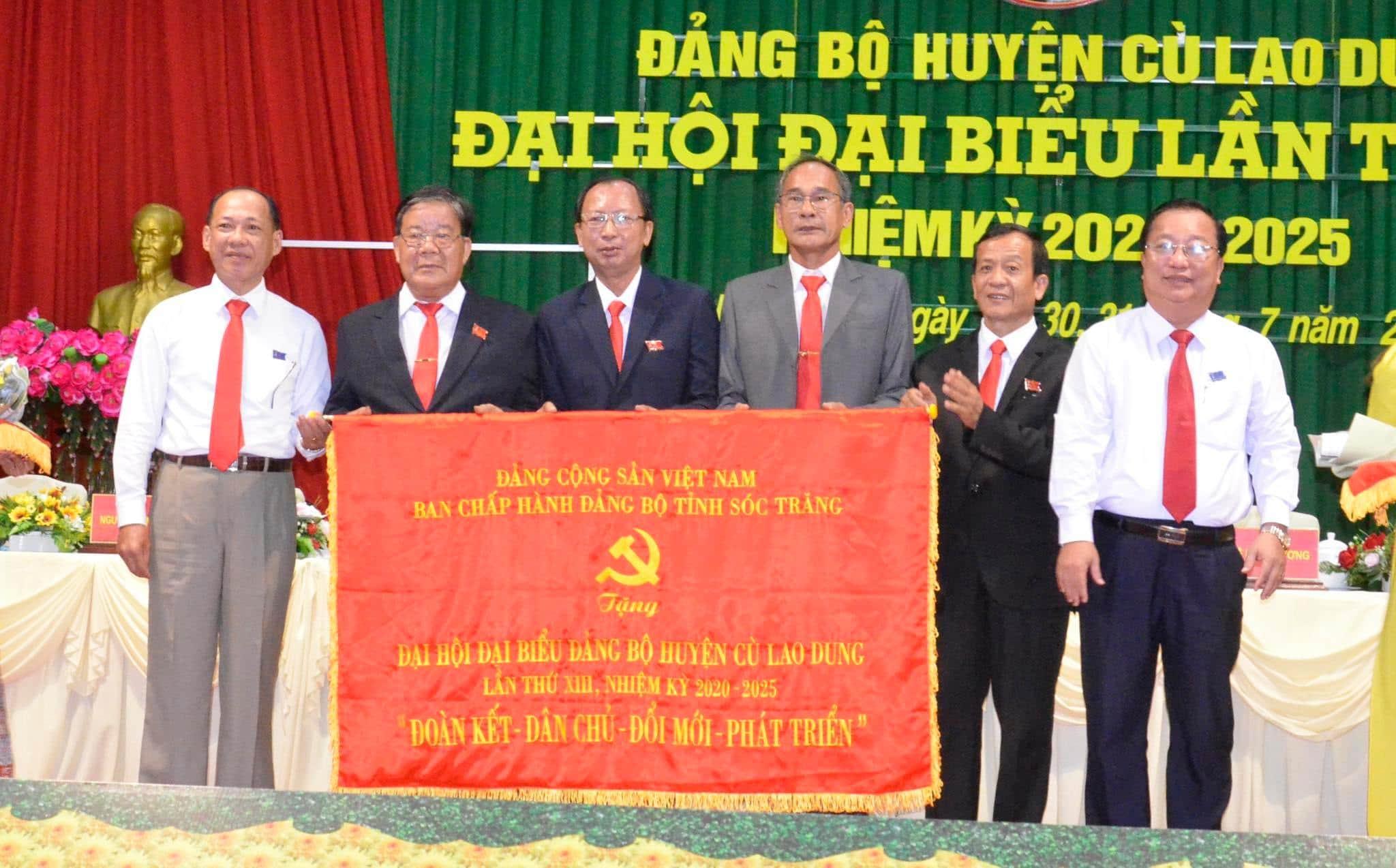 Ông Trần Văn Chuyện (ngoài cùng bên phải), Phó Bí thư Tỉnh ủy, Chủ tịch UBND tỉnh Sóc Trăng trao bức trướng của Ban Thường vụ Tỉnh ủy chúc mừng Đại hội