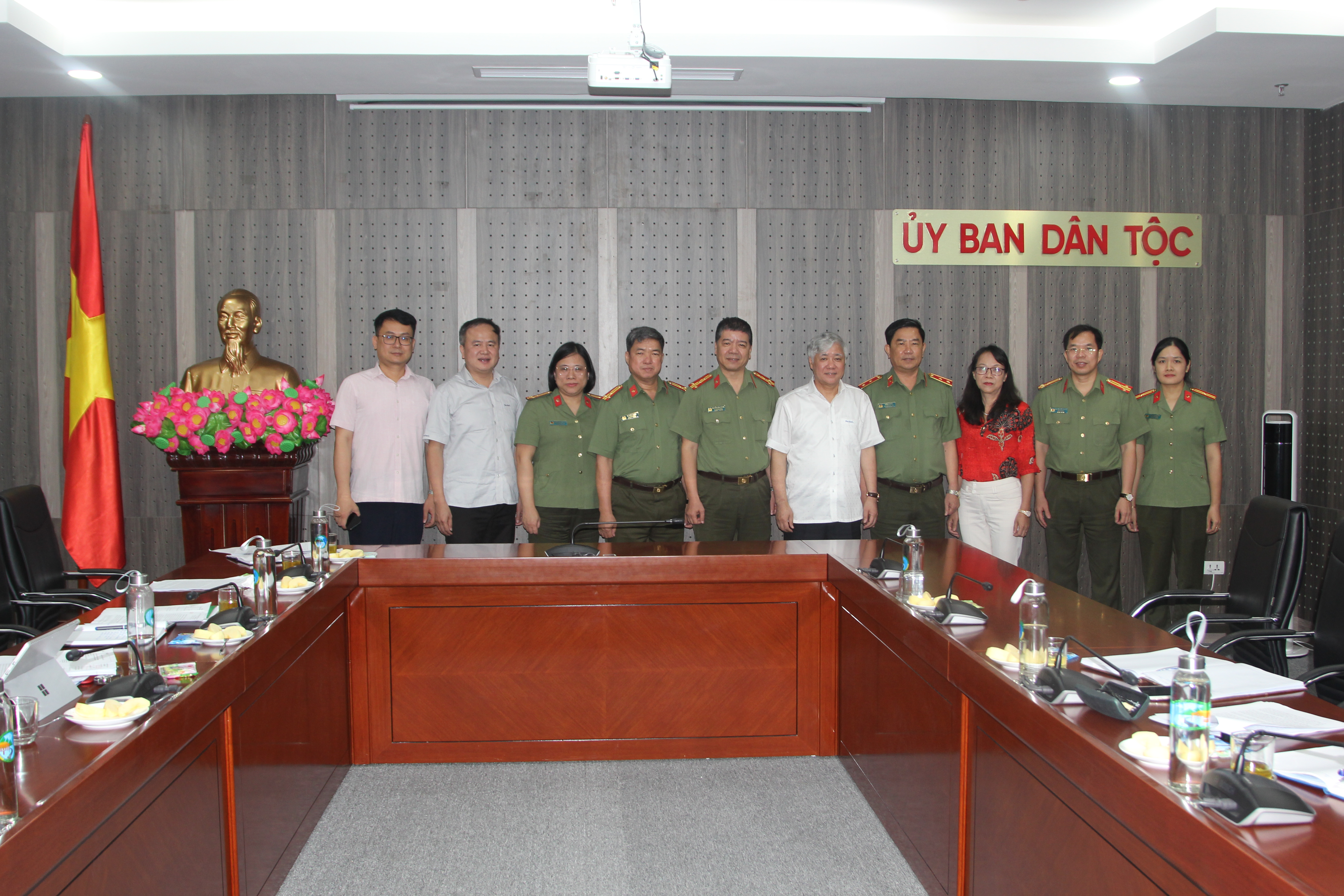 Bộ trưởng, Chủ nhiệm Đỗ Văn Chiến; Thứ trưởng, Phó Chủ nhiệm Hoàng Thị Hạnh và Lãnh đạo một số Vụ thuộc UBDT chụp ảnh lưu niệm với Đoàn công tác Học viện Chính trị CAND.