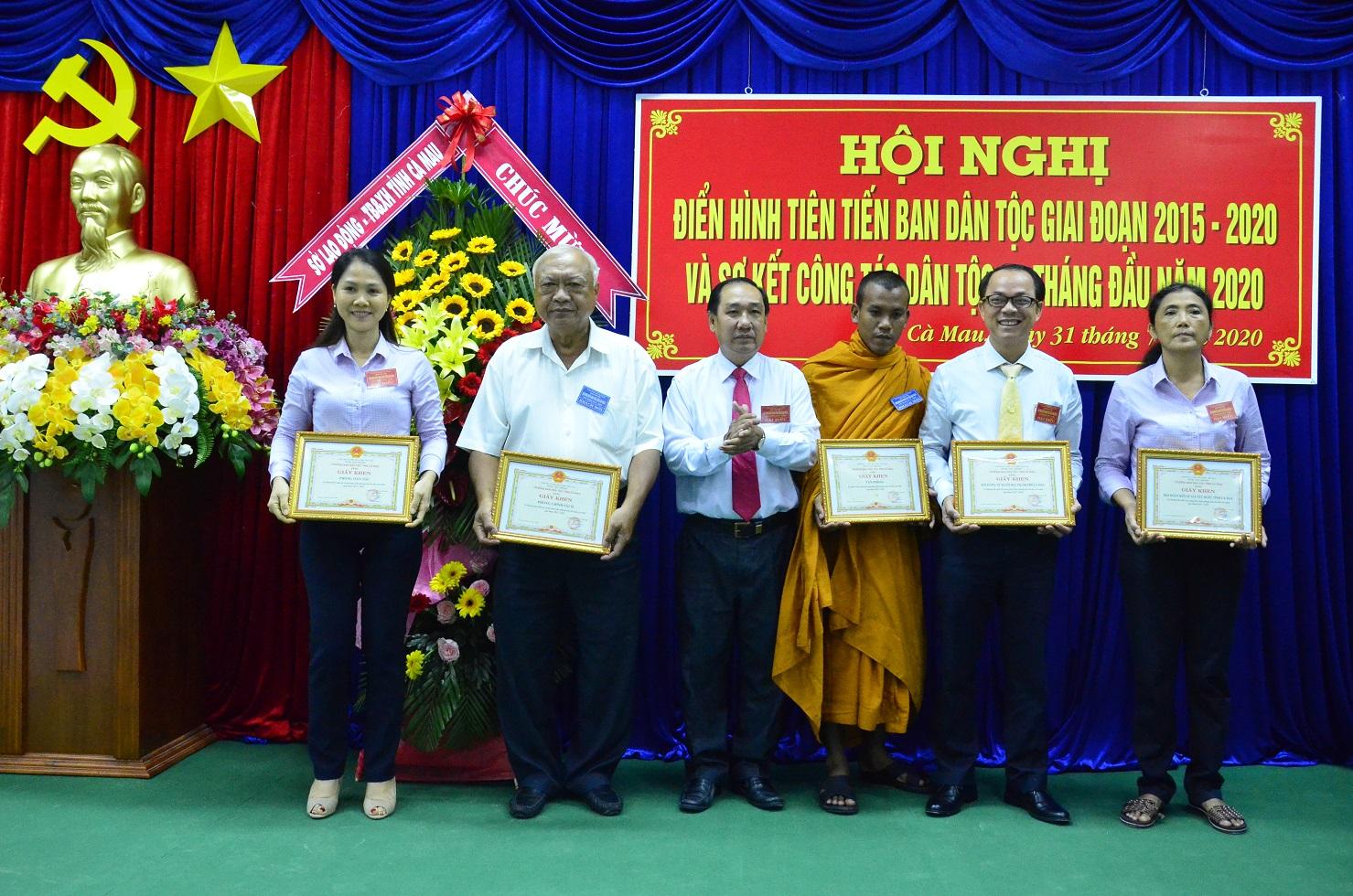 Phó Trưởng Ban Dân tộc tỉnh Cà Mau Nguyễn Thành Niệm trao Giấy khen cho các cá nhân có thành tích xuất sắc trong phong trào thi đua, giai đoạn 2015 – 2020