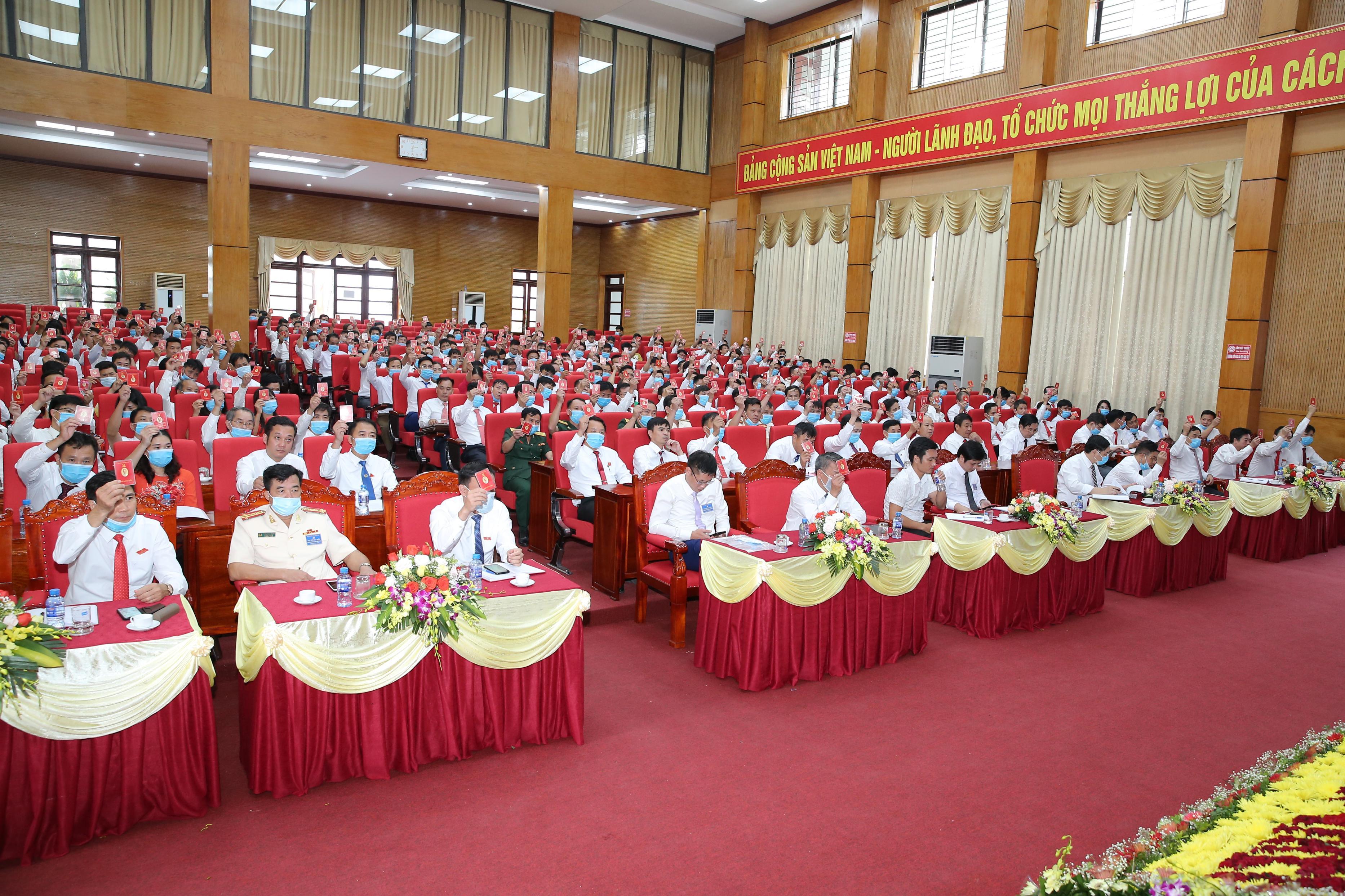 Đại hội biểu quyết thông qua tờ trình nhân sự BCH Đảng bộ huyện nhiệm kỳ 2020-2025
