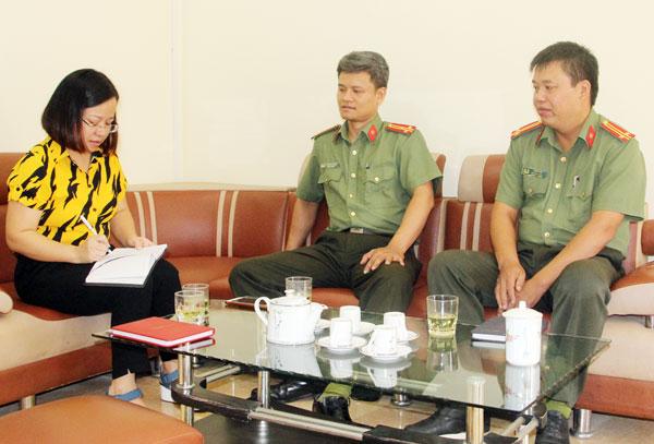 Cán bộ Công an tỉnh Lào Cai trao đổi về thủ đoạn hoạt động của kẻ xấu.