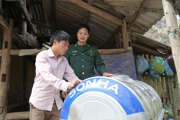 Bộ đội biên phòng tặng téc đựng nước cho người dân xã vùng cao Tả Gia Khâu (Mường Khương).