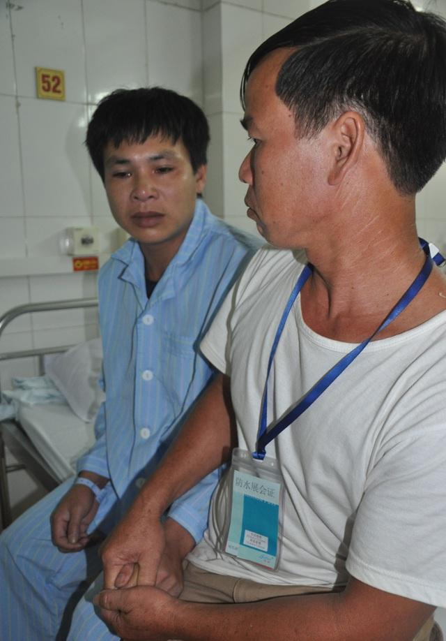 Đi cùng em trai đến viện, anh Pản bất lực khi biết số tiền khổng lồ để em được phẫu thuật