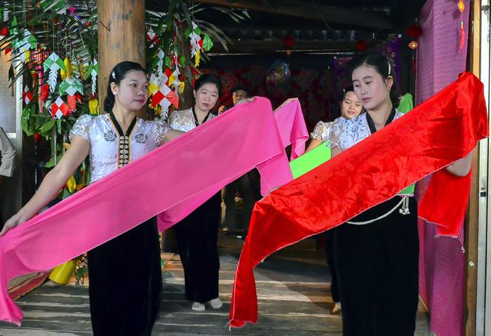 Phụ nữ Thái múa hát trong lễ Kin Pang Then.