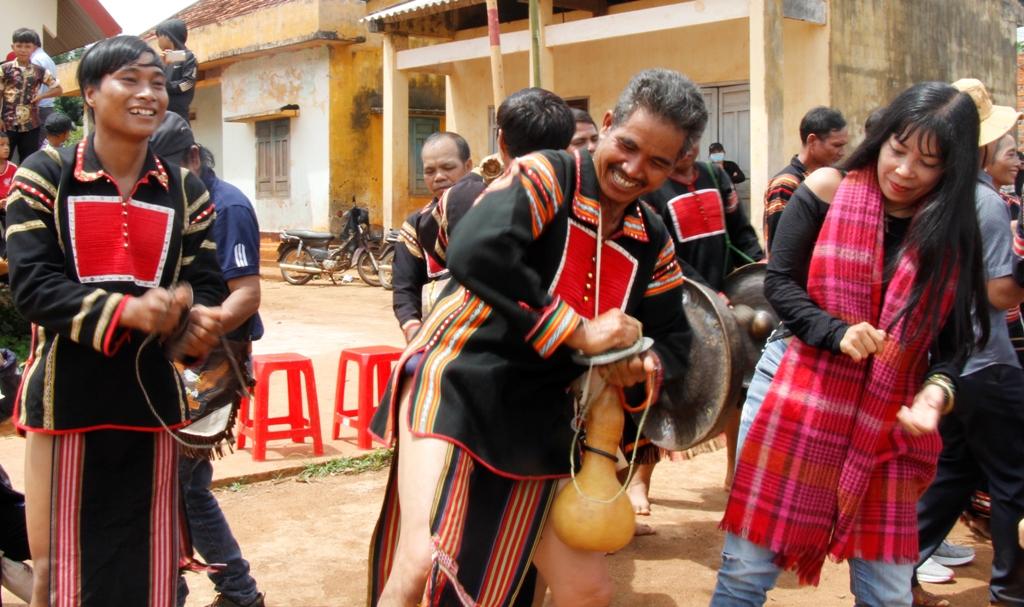 Du khách thích thú với các điệu múa của đồng bào Tây Nguyên. Ảnh: Ánh Ngọc