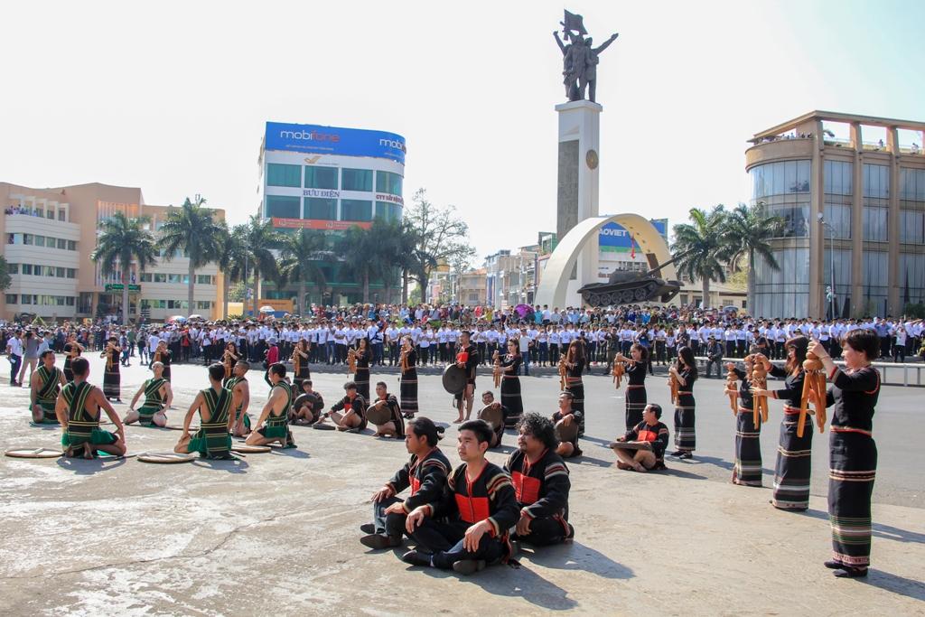 Múa trong Lễ hội mừng mùa của người Sê Đăng được cách điệu để trình diễn tại Lễ hội Cà phê Buôn Ma Thuột năm 2019. Ảnh: Hoàng Gia