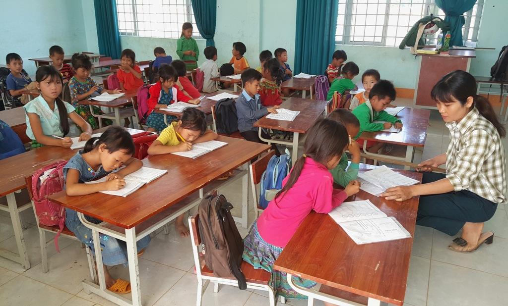 Việc học hành của học sinh ở Cư Drăm vẫn còn rất nhiều khó khăn.