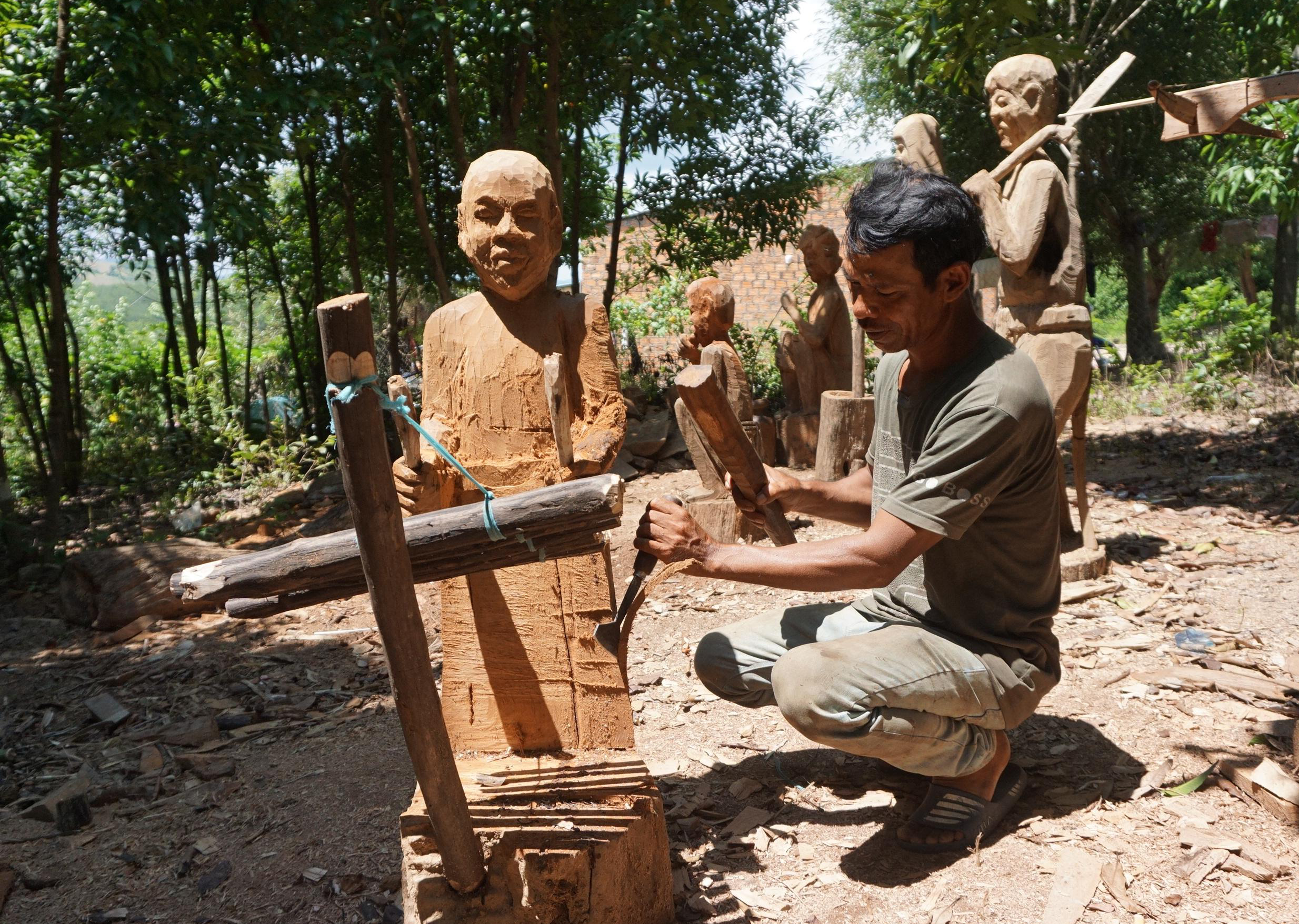 Vườn tượng nhà ông A Tân kể lên những câu chuyện về đời sống của người Ba Na. Ảnh: T.T