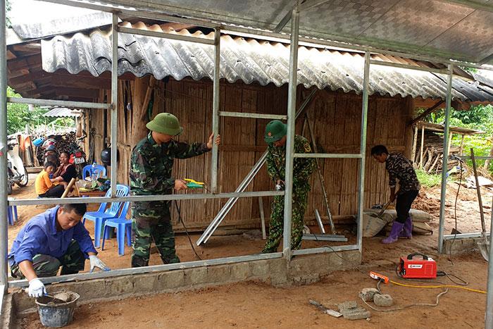 Chiến sĩ Ðoàn KTQP 379 giúp dân làm nhà mới.