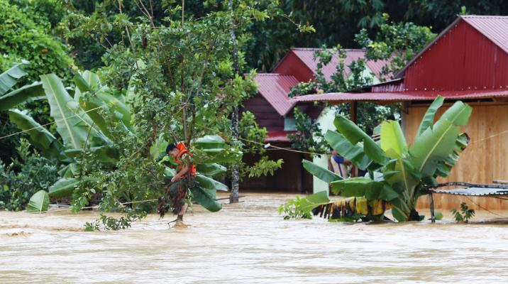 Nước sông A Vương từ thượng nguồn đổ về rất lớn và lên nhanh khiến 4 nhà dân thôn A'Hu bị ngập sâu, nguy hiểm đến tính mạng người dân