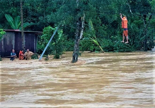 Lực lượng chức năng huyện Tây Giang đu dây, vượt dòng lũ cứu 9 người dân đang mắc kẹt