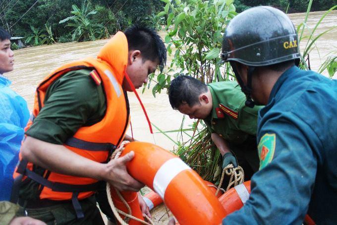 Lực lượng chức năng huyện Tây Giang chuẩn bị dây, vượt dòng lũ cứu 9 người dân đang mắc kẹt