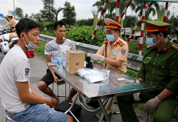 Lực lượng chức năng kiểm tra nồng độ cồn, ma túy người điều khiển phương tiện tham gia giao thông
