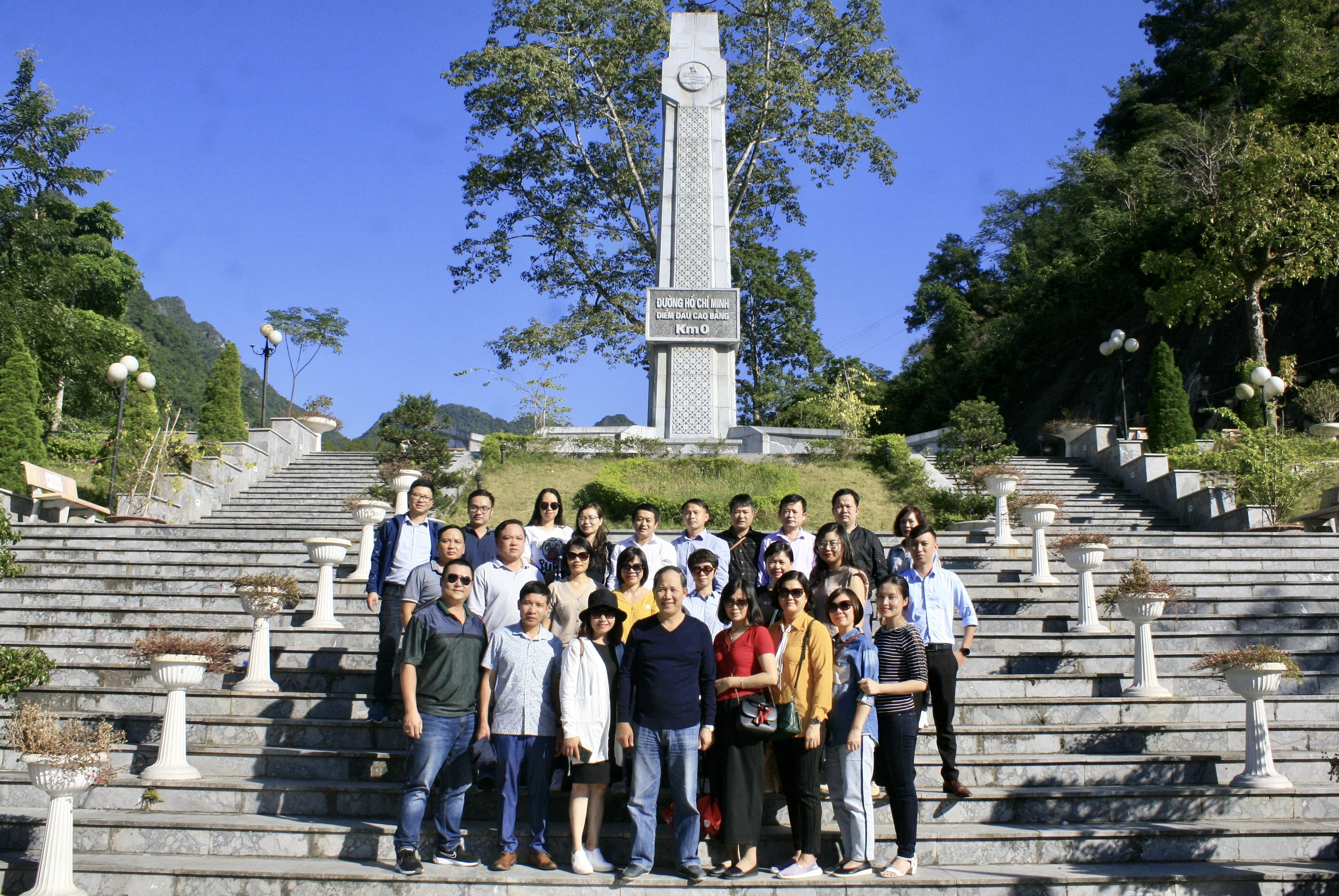 Đoàn thăm quan tại km số 0 đường mòn Hồ Chí Minh