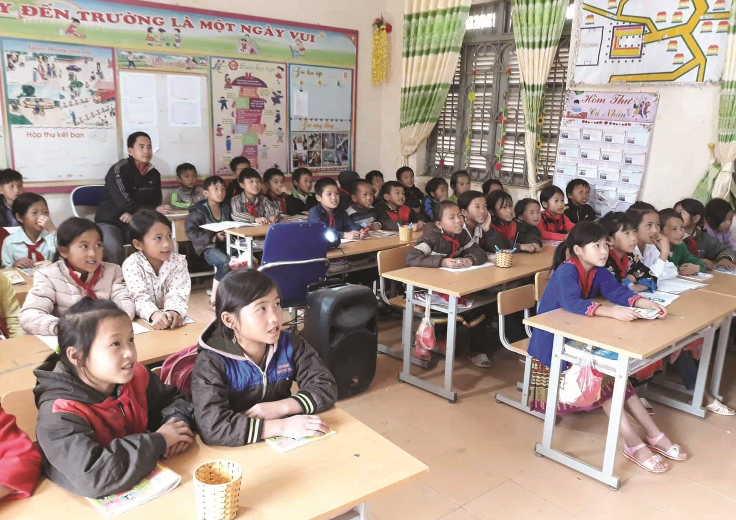 Tiết học âm nhạc được lồng ghép tiếng Mông ở Trường Tiểu học Pu Nhi